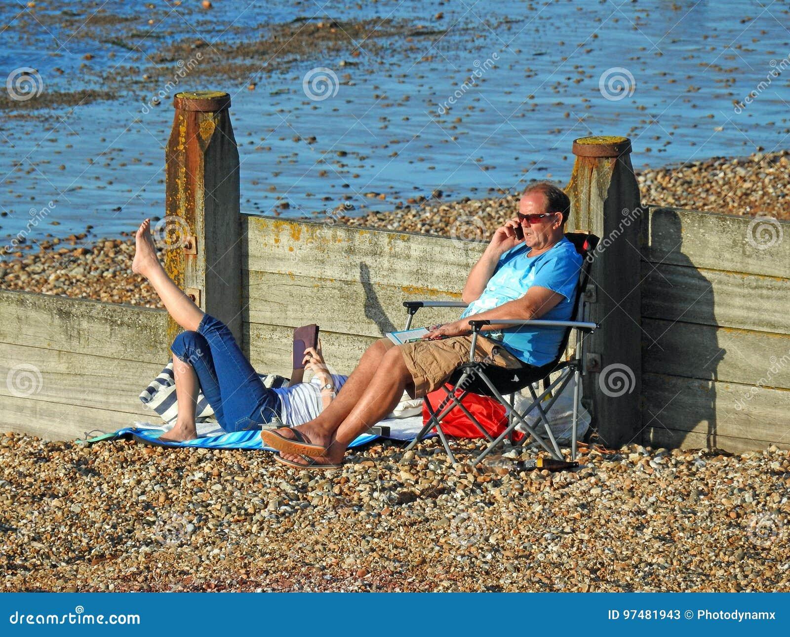 Villeggianti che prendono il sole sulla spiaggia