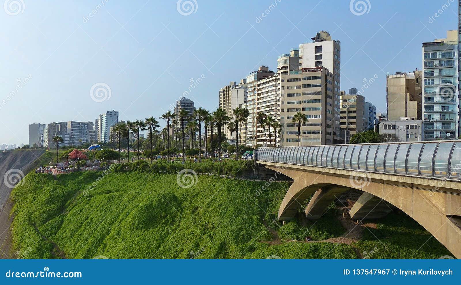 Villenaen Rey Bridge och att parkera av förälskelse i Lima, Peru