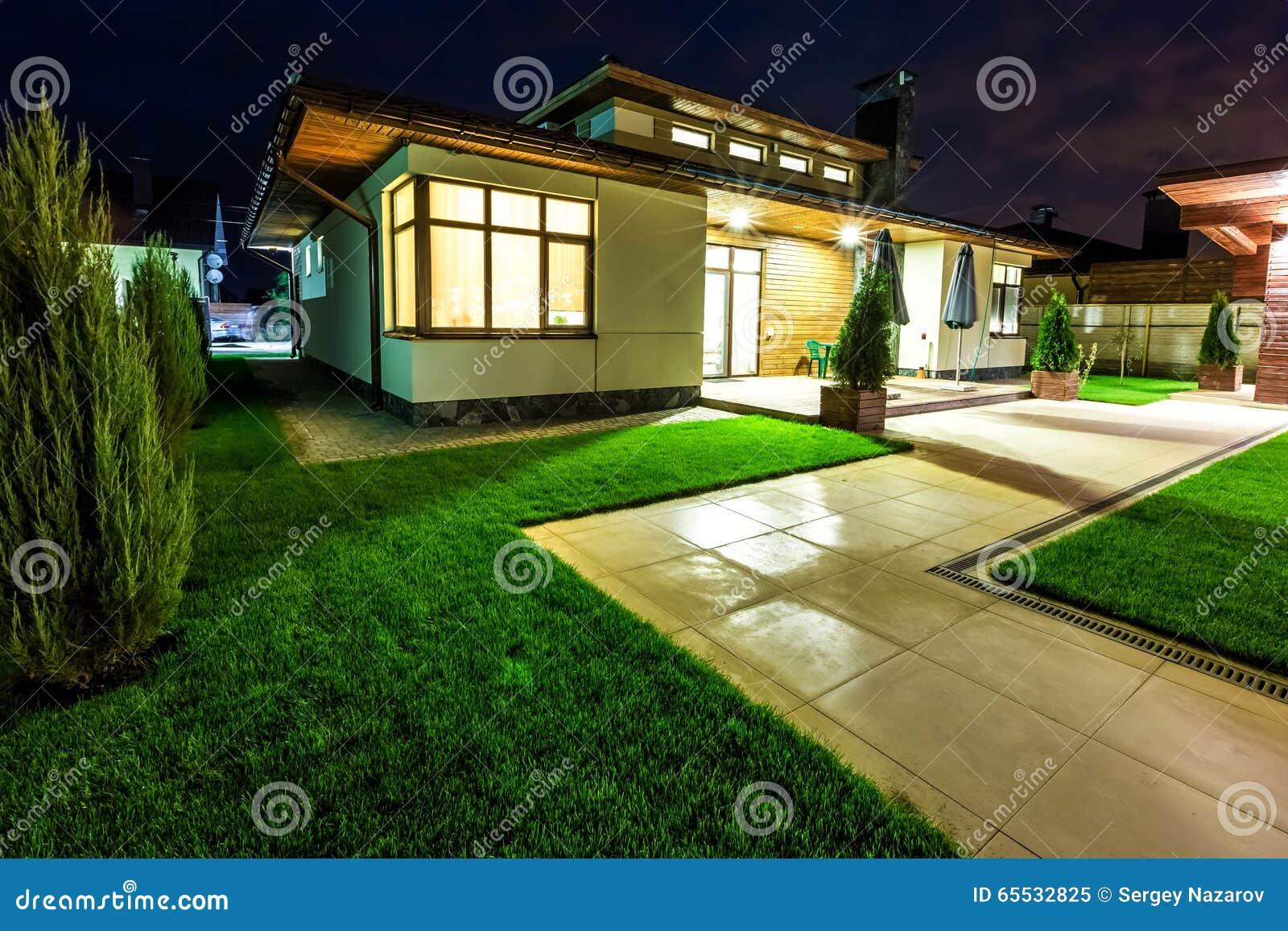 Cool villetta alla notte osservi del cortile posteriore - Progetto casa fossato di vico ...