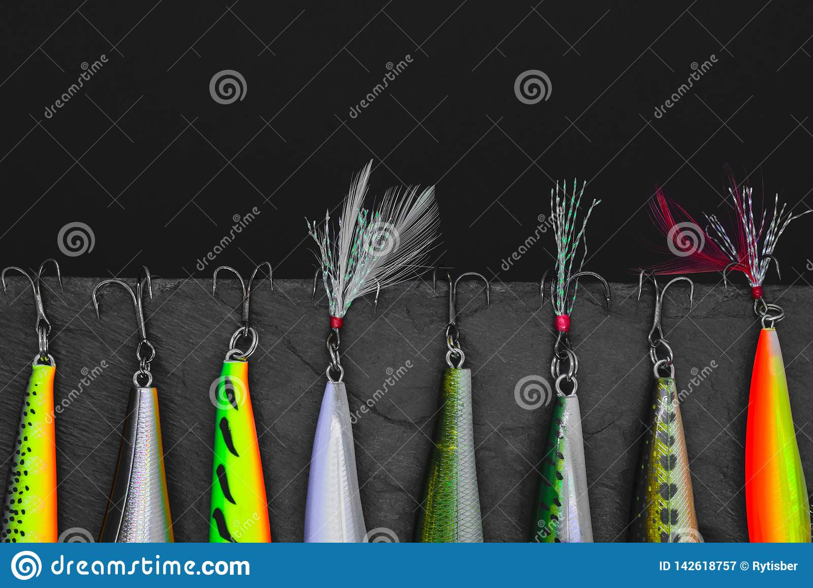 Vilnius, Λιθουανία - 17 ΜΑΡΤΊΟΥ 2019 τα wobblers αλιείας δελεάζουν την ένωση στο μαύρο υπόβαθρο πετρών
