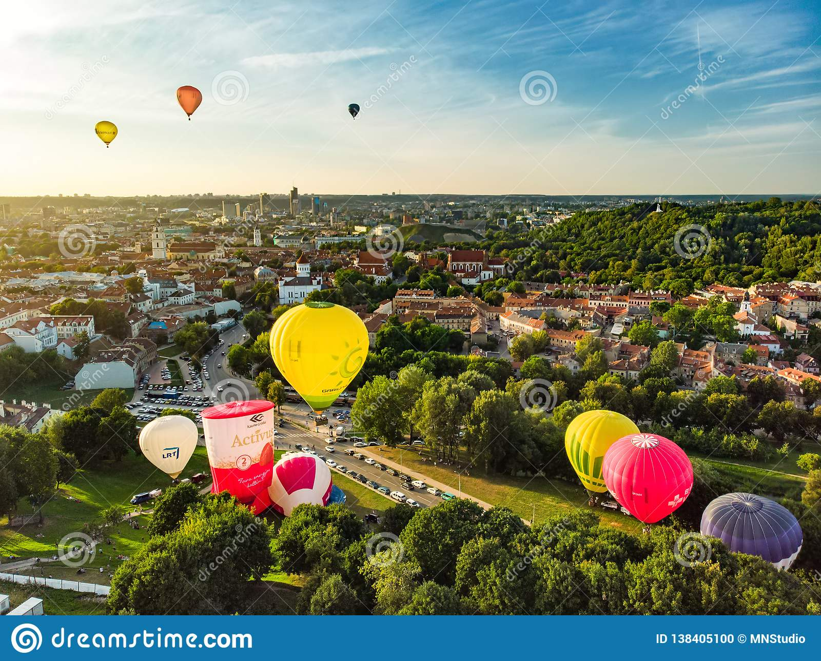 VILNIUS, LITAUEN - 15. AUGUST 2018: Bunte Heißluftballone, die in der alten Stadt von Vilnius-Stadt am sonnigen Sommerabend sich