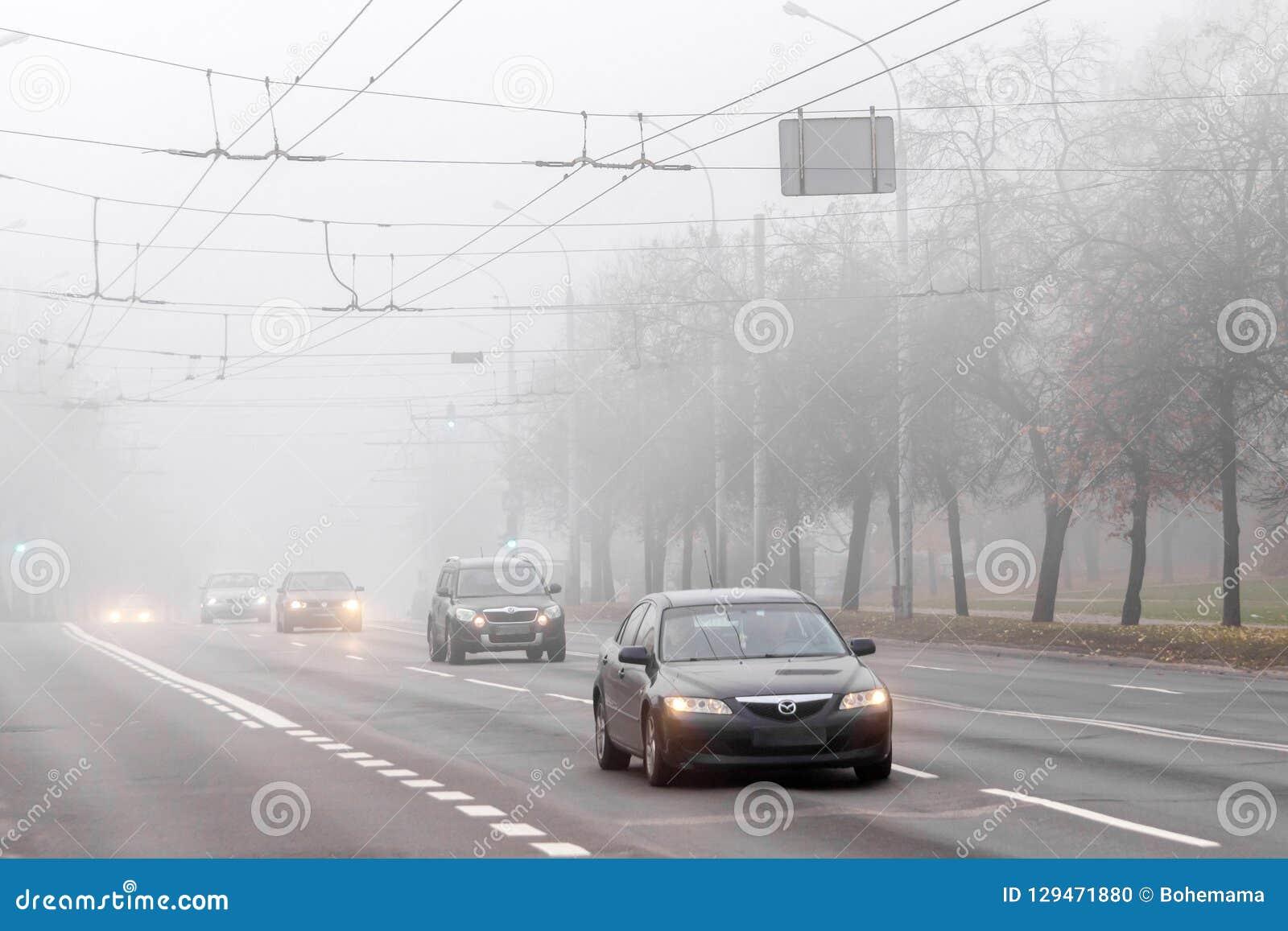 VILNIUS, LITAUEN - 21. OKTOBER 2018: Schwerer Morgennebel in der Stadtstraße Straßenverkehr