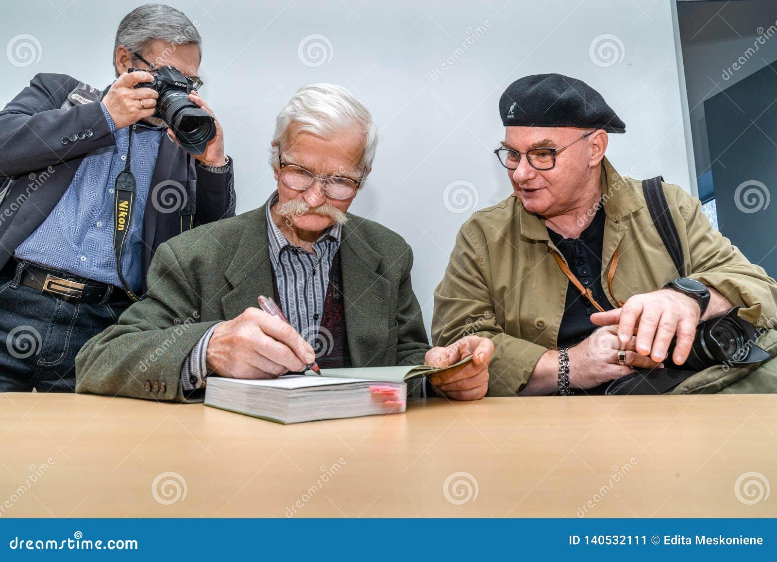 VILNIUS, LITHUANIE - 22 FÉVRIER 2019 : Le livre international de Vilnius loyalement