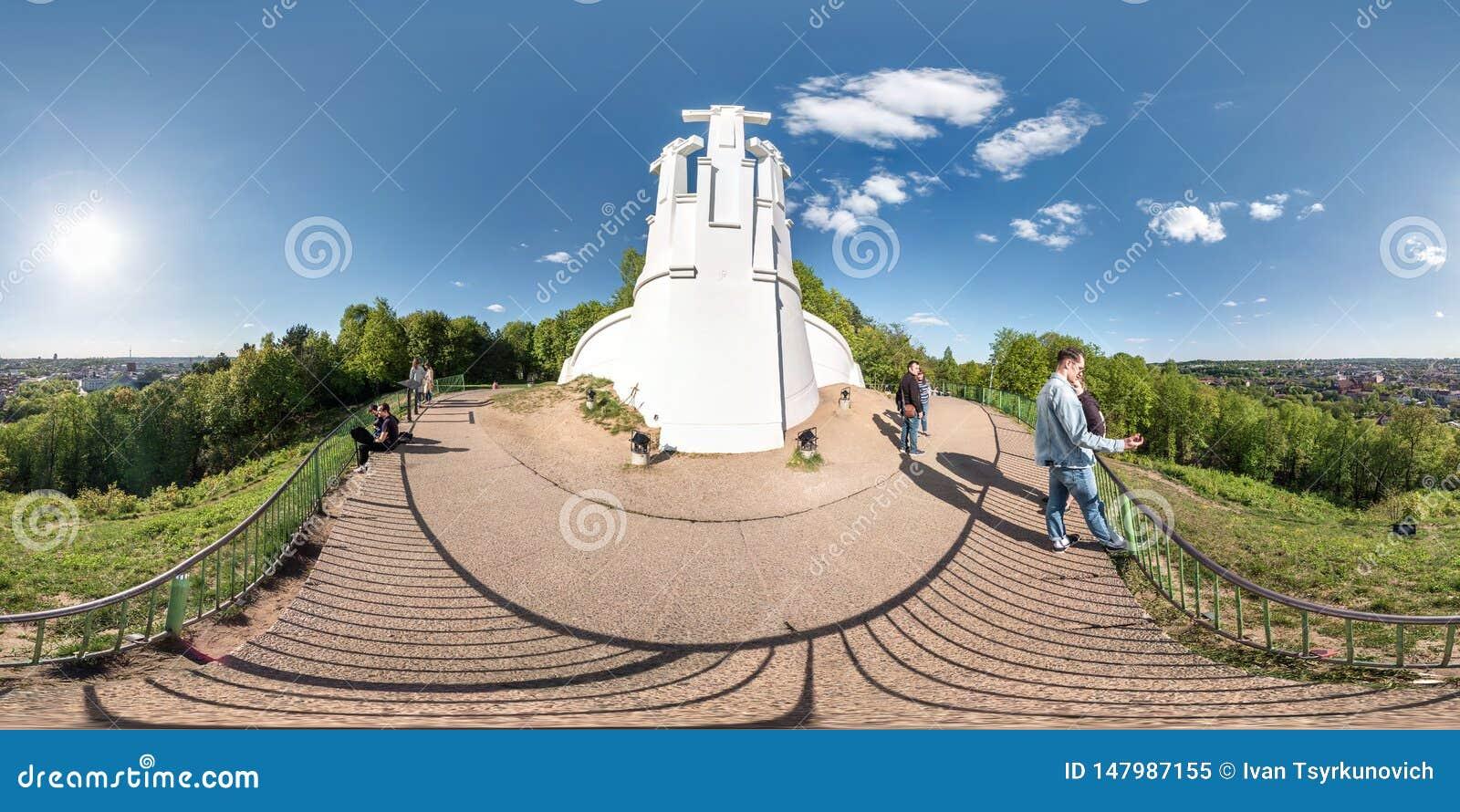 VILNIUS, LITOUWEN - MAG, 2019: Volledig sferisch naadloos panorama 360 van de hoekgraden mening van drie kruisenmonument op heuve