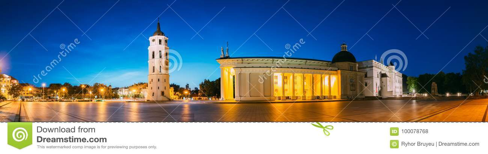 Vilnius, Lituânia, Europa Oriental Panorama da noite da noite da torre de sino da torre de Bell, basílica da catedral de St Stani