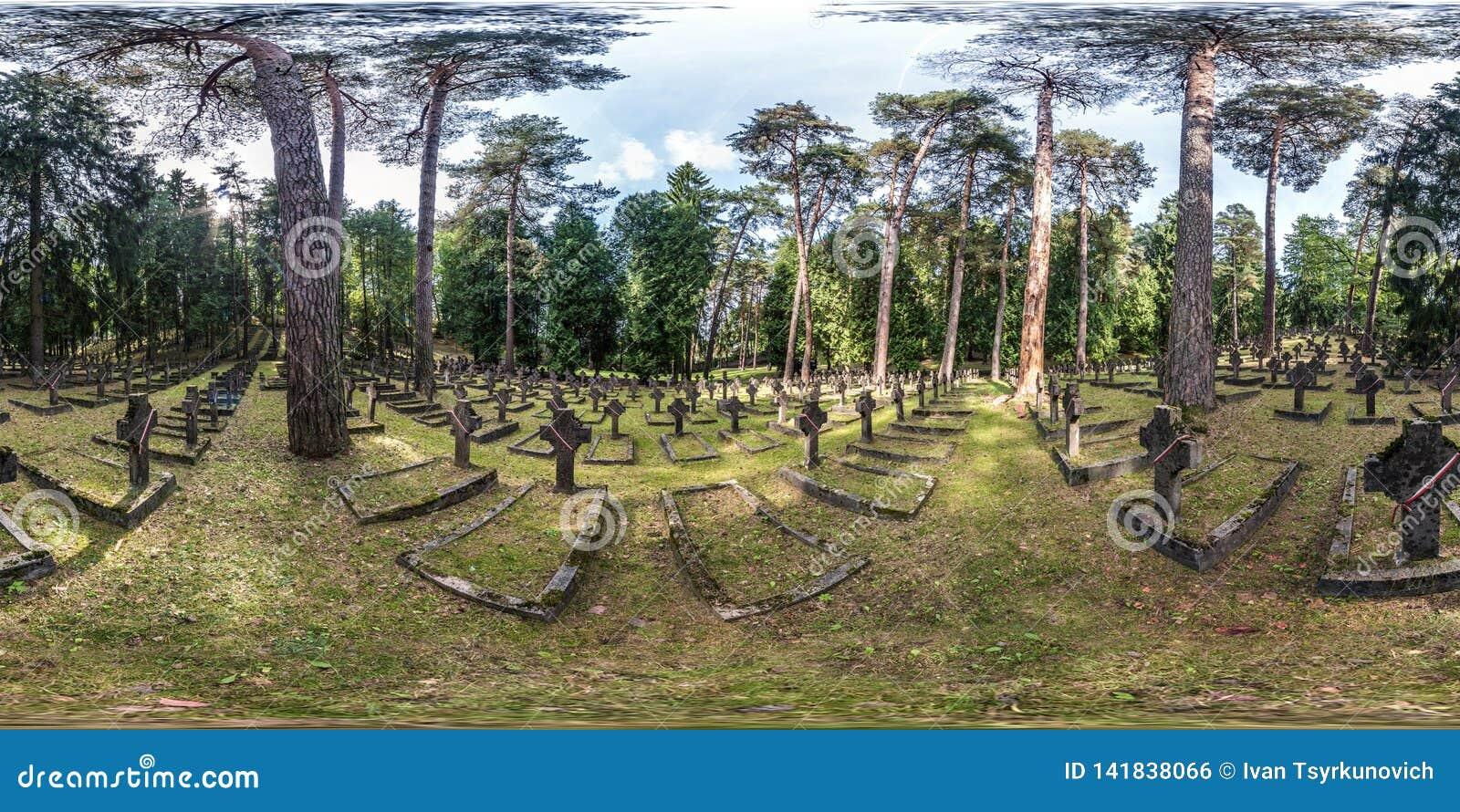 VILNIUS, LITUÂNIA - EM AGOSTO DE 2018: O panorama sem emenda completo da opinião do grau de 360 ângulos nas sepulturas de soldado