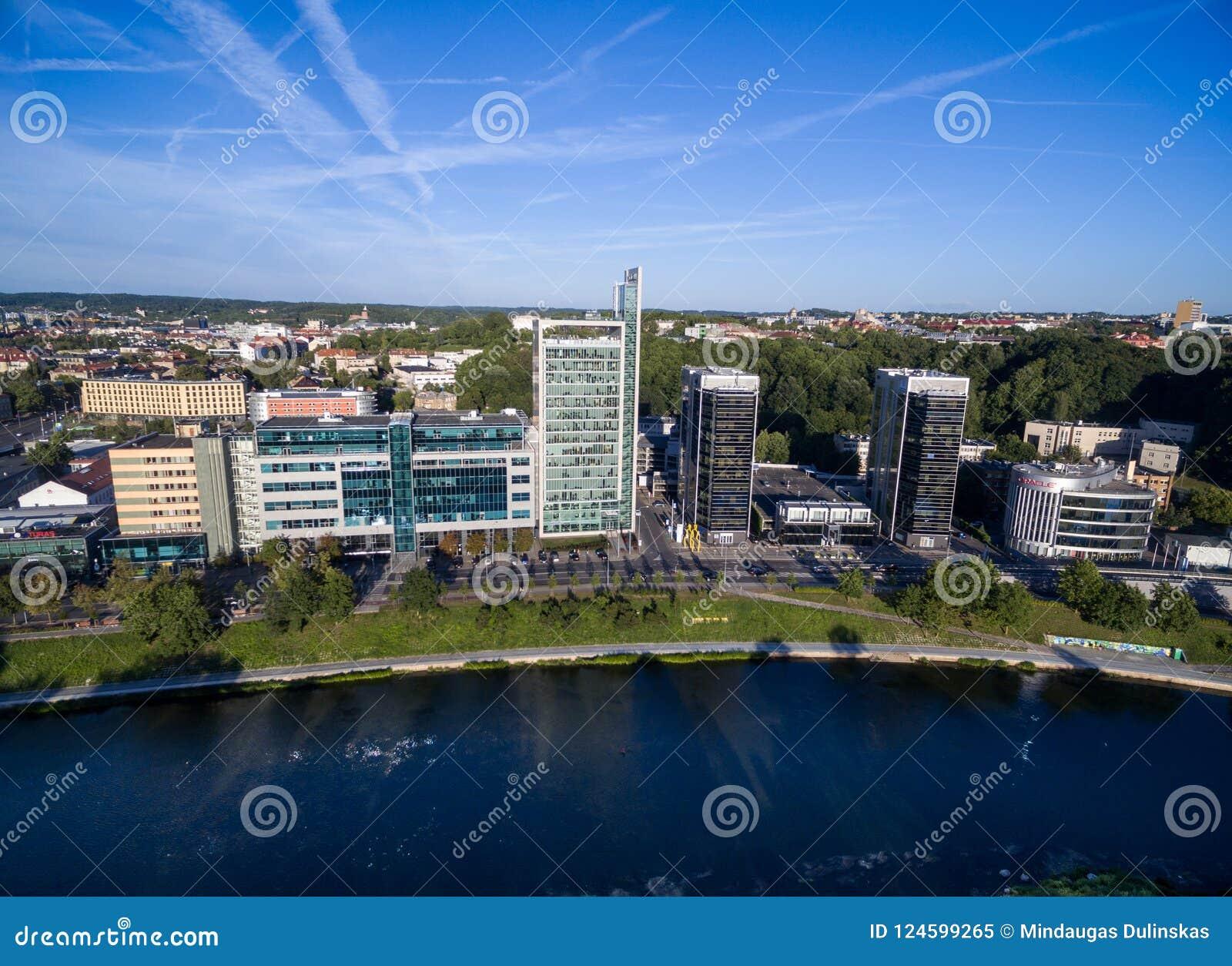 VILNIUS, LITUANIA - 6 AGOSTO 2018: Triangolo di affari di Vilnius con il fiume Neris In Foreground