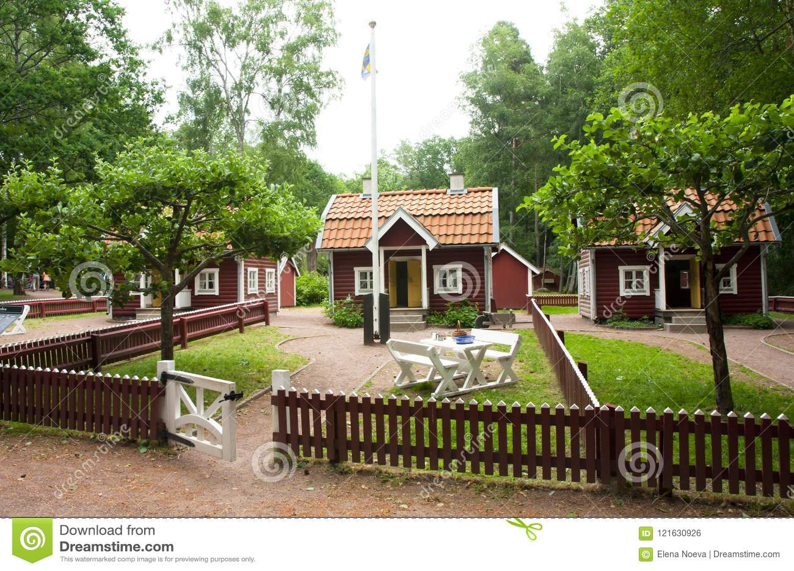 VIMMERBY, ZWEDEN - Juni 19 2018 - de Wereld van Astrid Lindgren ` s, Astrid Lindgrens Varld-themapark Bullerby lawaaierig dorp