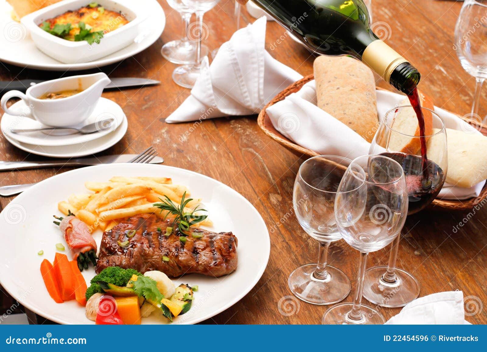 Vin avec la plaque de nourriture de restaurant