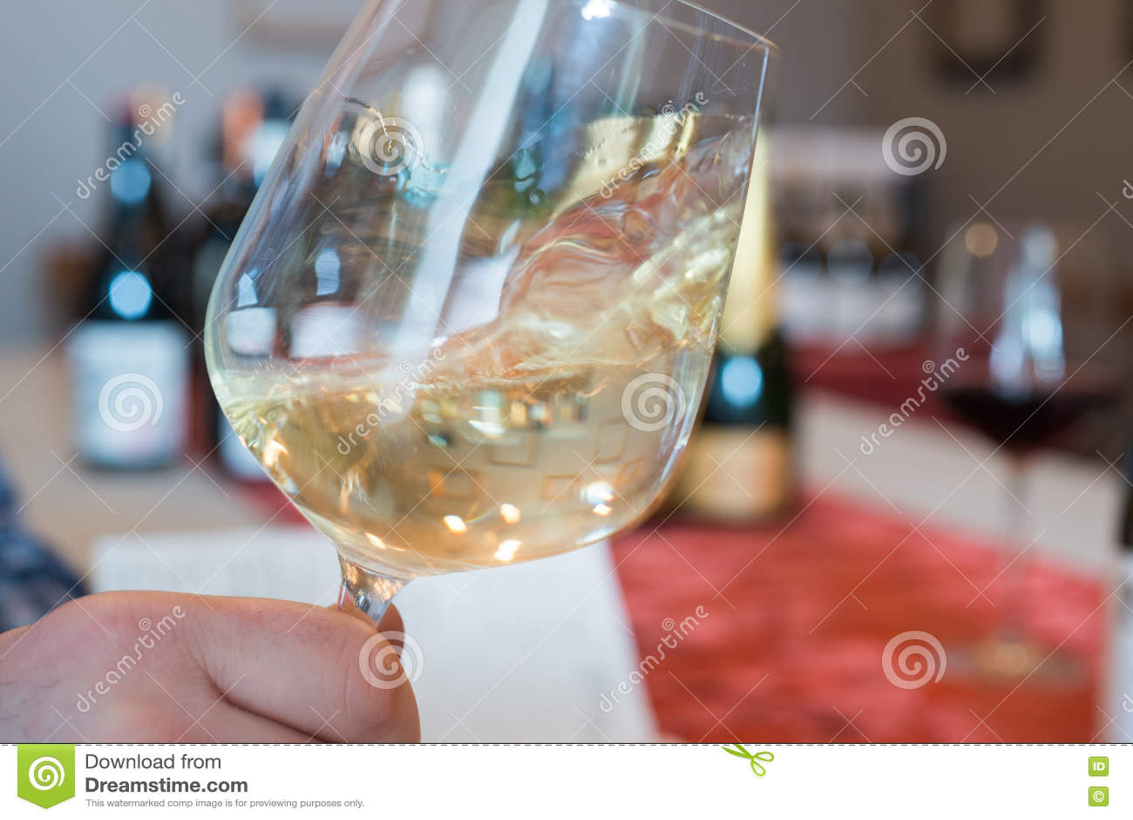 Vin blanc de tourbillonnement dans un verre à vin