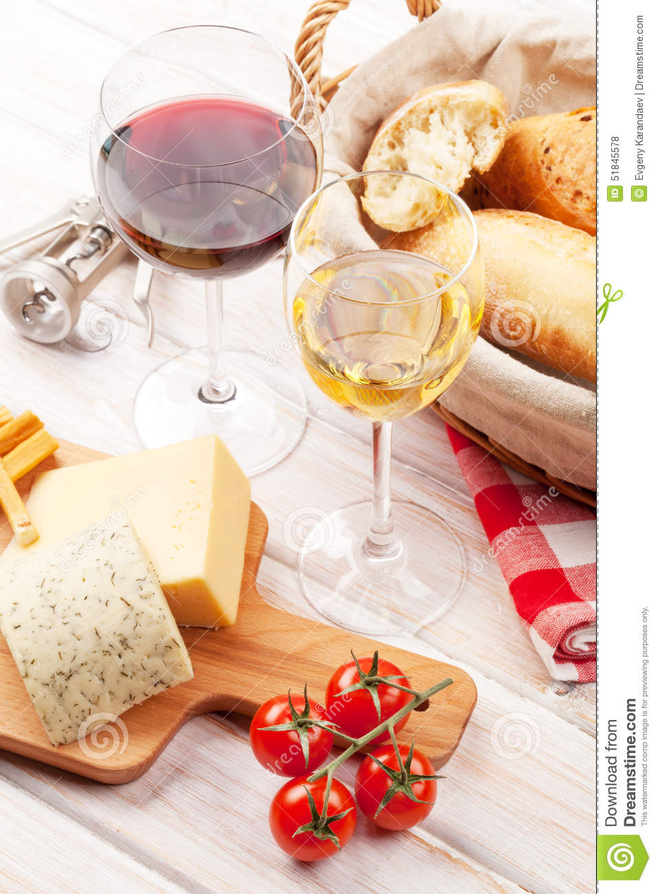 vin blanc et rouge fromage et pain photo stock image 51845578. Black Bedroom Furniture Sets. Home Design Ideas