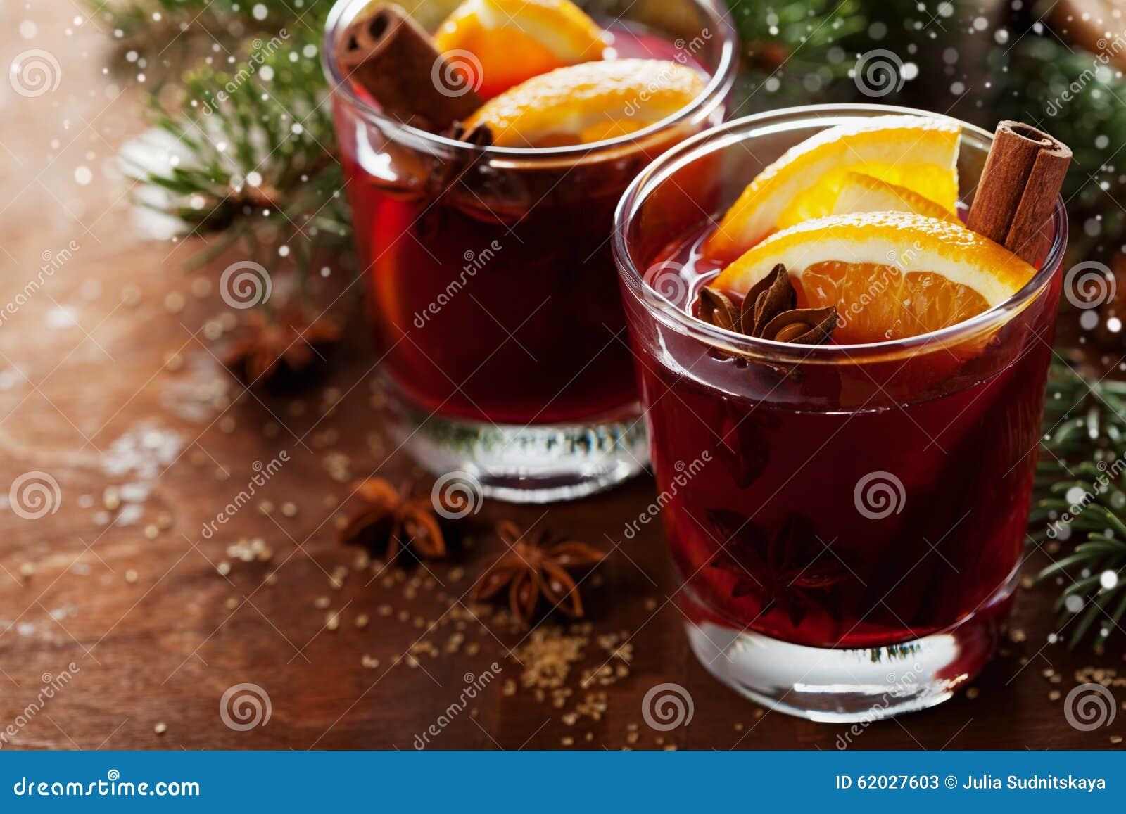 Vin chaud ou gluhwein de no l avec des pices et des - Table de noel traditionnelle ...