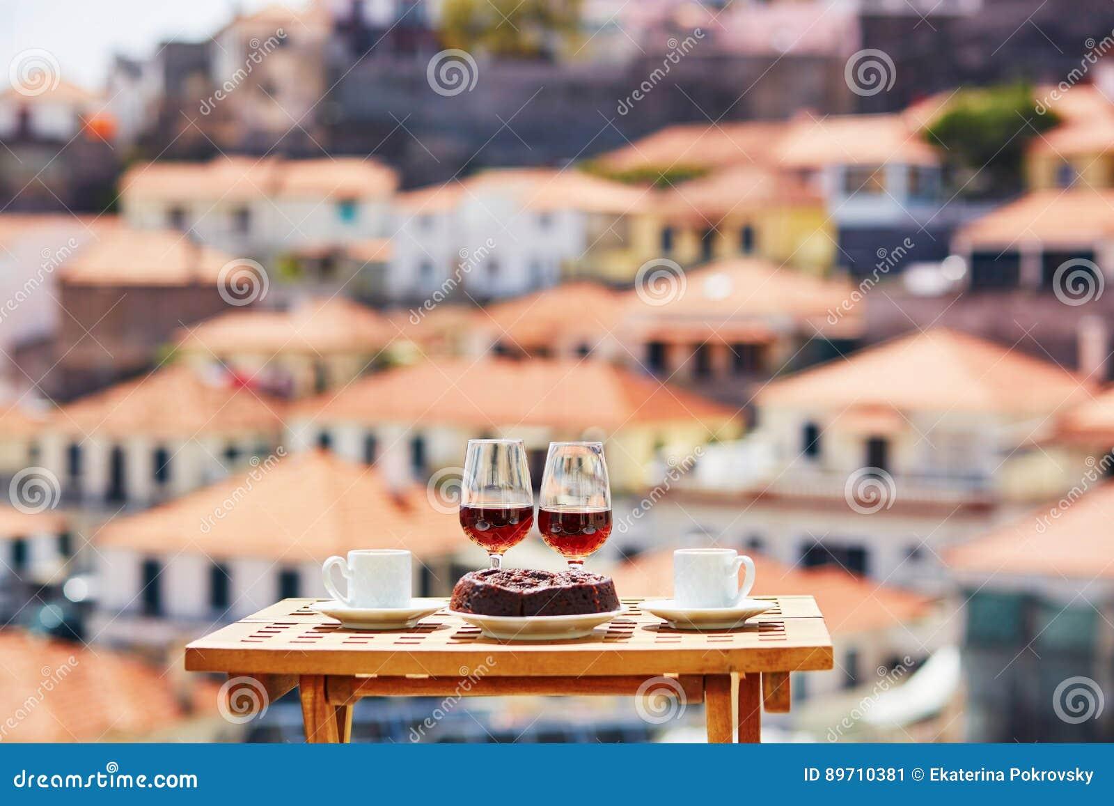 Vin de la Madère, café et bolo de mel avec la vue vers Funchal, Madère, Portugal