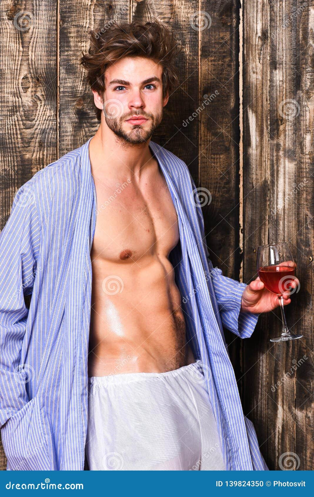 Vin de luxe de degustate ébouriffé de cheveux de macho Concept érotique et de désir Le célibataire apprécient le vin Détente attr