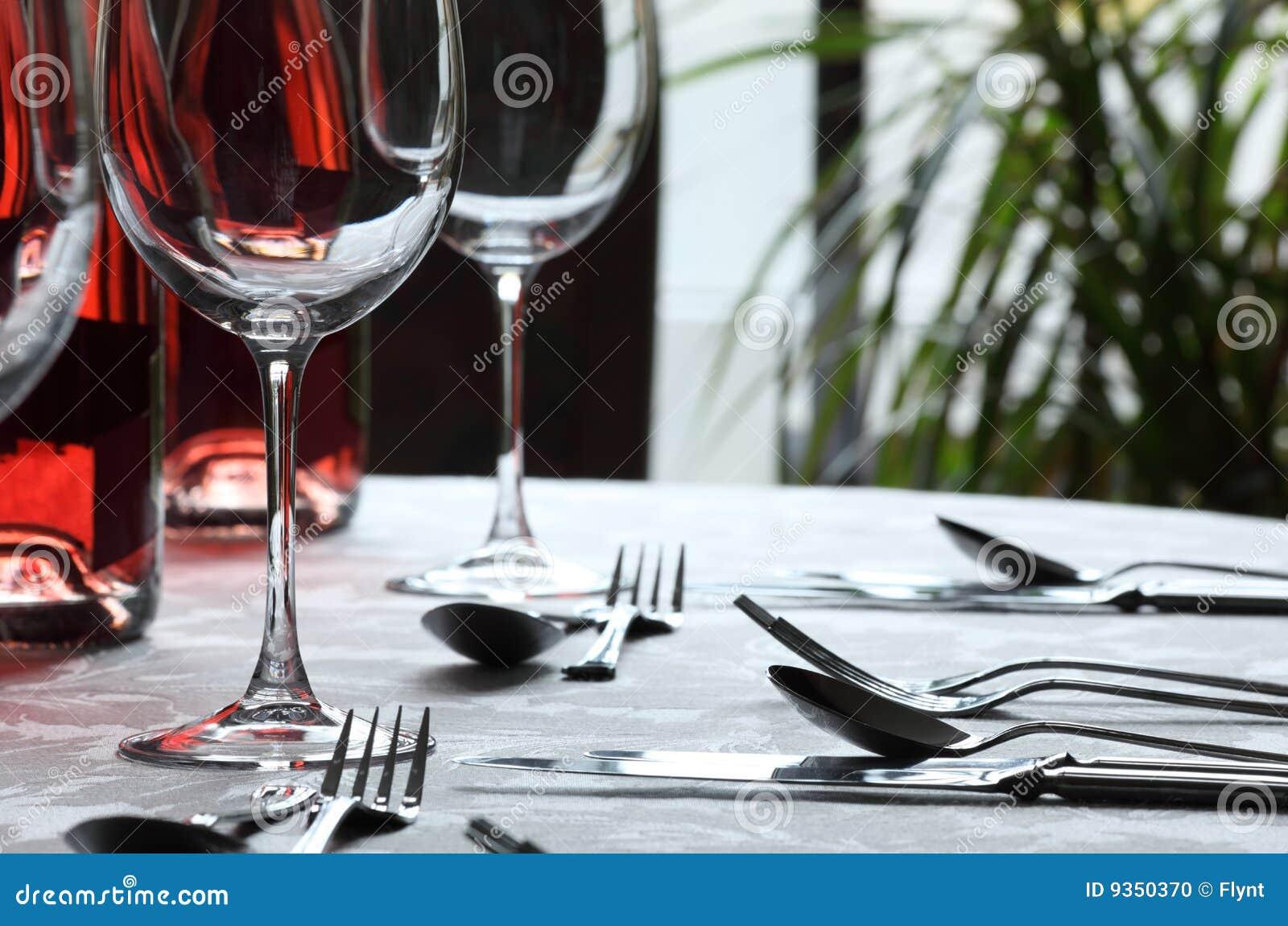 vin de restaurant en verre de couverts photo stock image 9350370. Black Bedroom Furniture Sets. Home Design Ideas