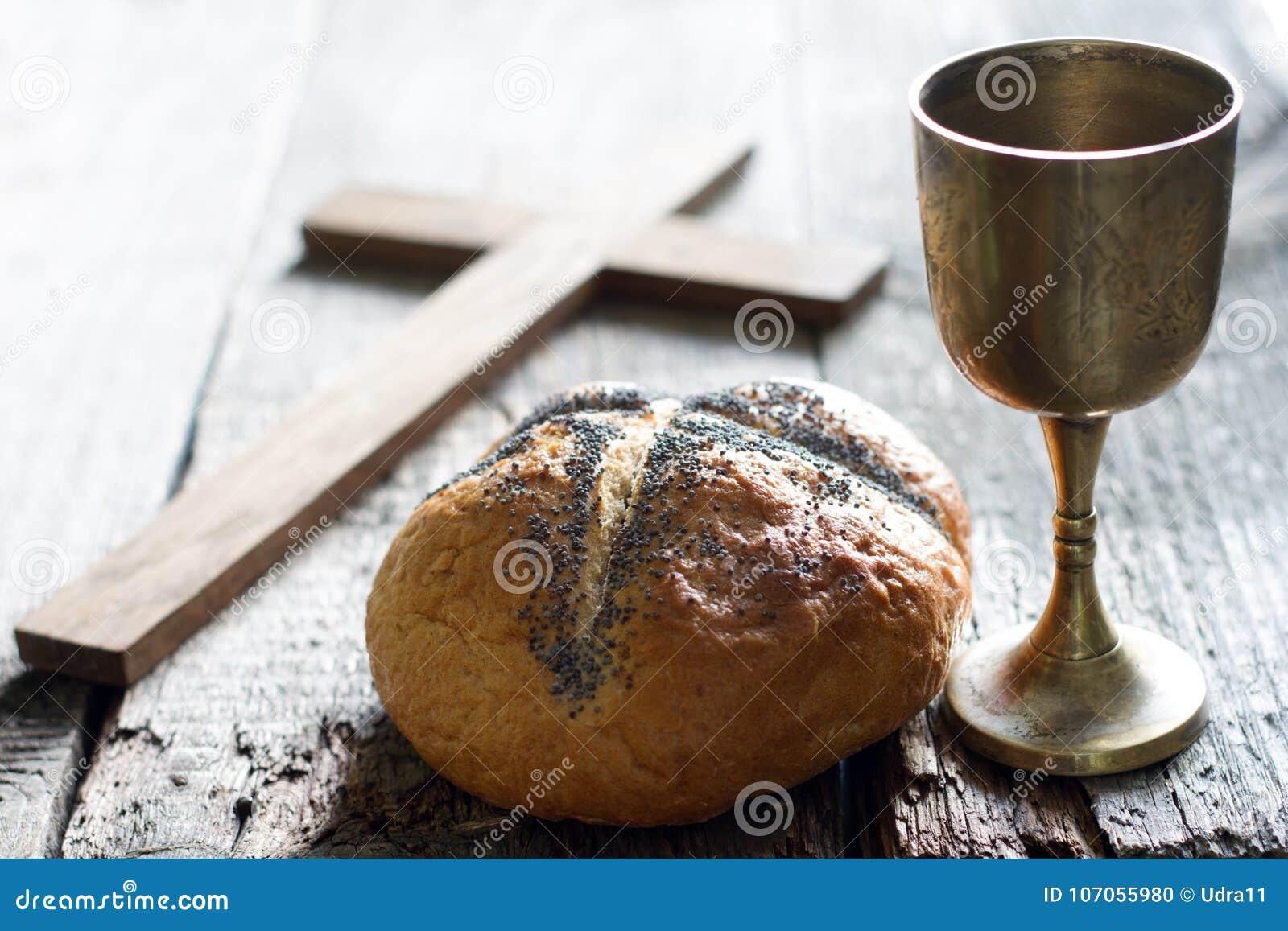 Vin et croix de pain de Pâques sur le vieux fond en bois de vintage