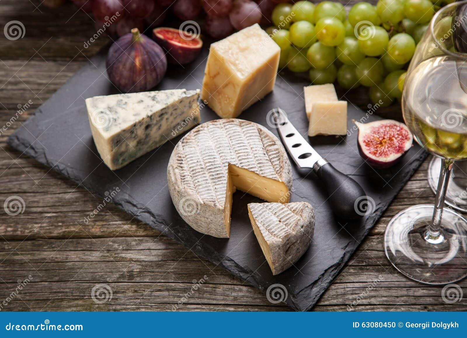 Download Vin et fromage photo stock. Image du assortiment, rouge - 63080450