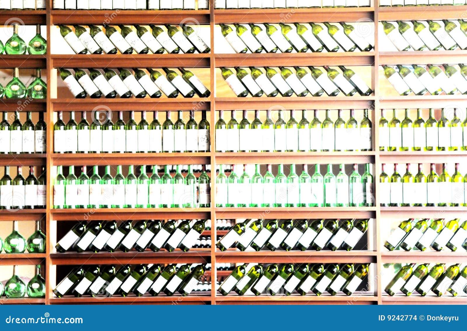 Vin mis en bouteille d 39 tag re images stock image 9242774 for Etagere bouteille le havre