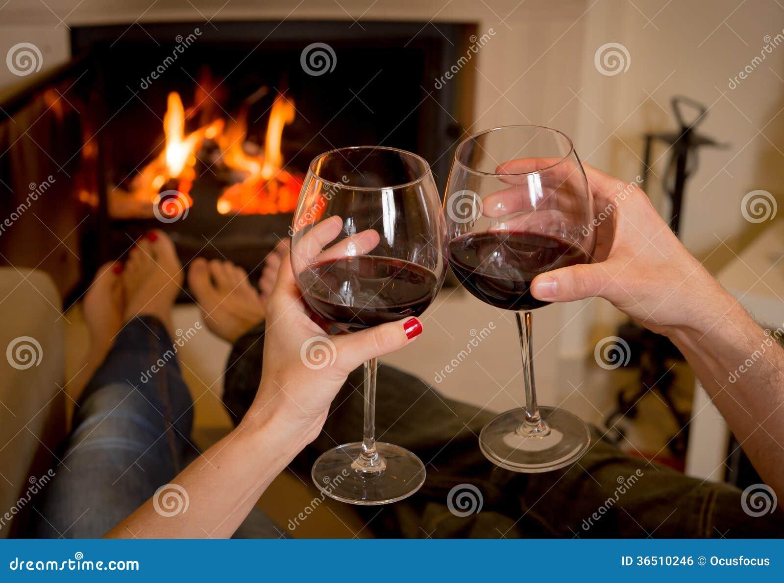 Vin potable de couples devant un feu