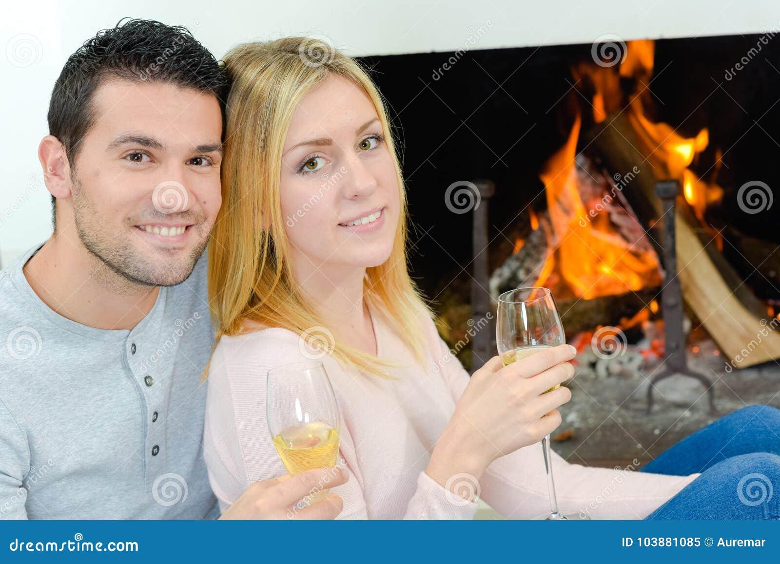 Vin potable de couples en feu avant