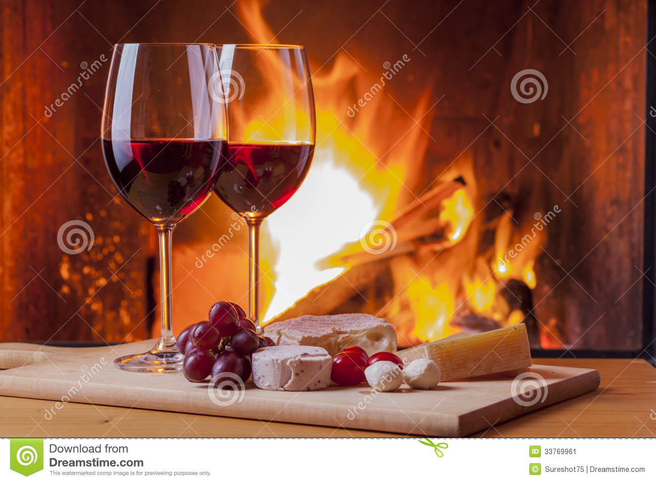 vin rouge avec des casse cro te et des raisins la chemin e image stock image du flamme. Black Bedroom Furniture Sets. Home Design Ideas