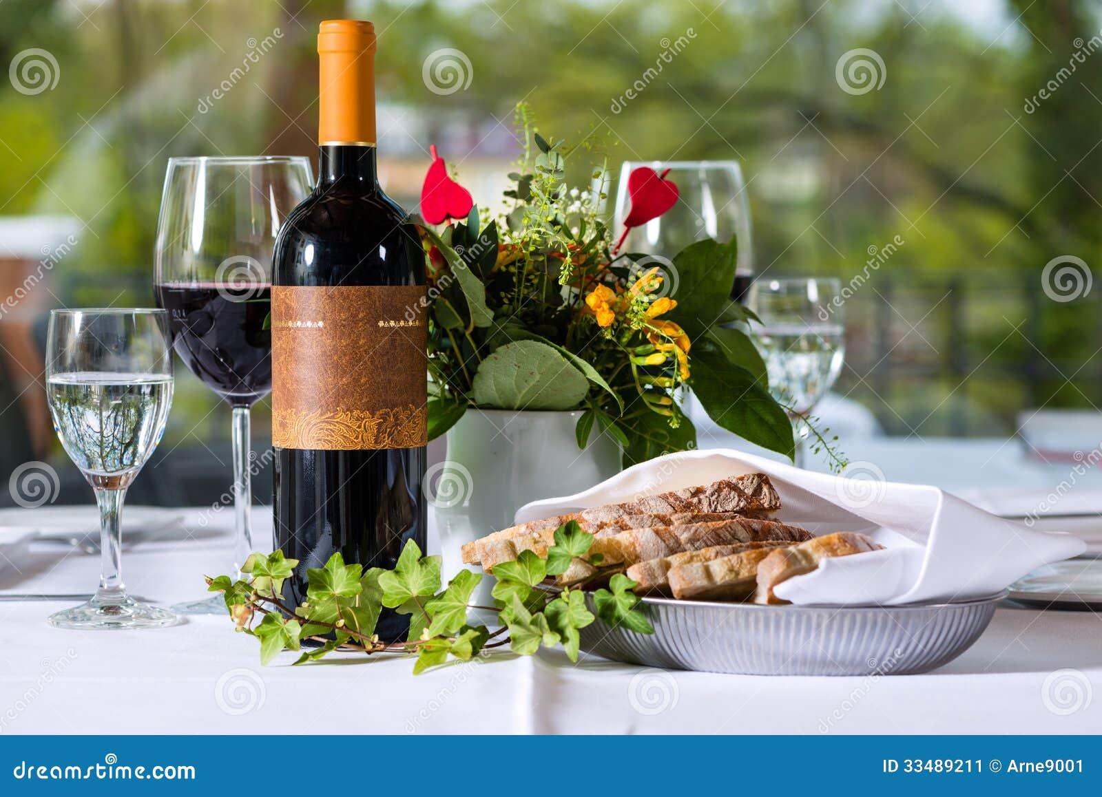 vin rouge avec la bouteille et le verre sur une table image stock image 33489211. Black Bedroom Furniture Sets. Home Design Ideas