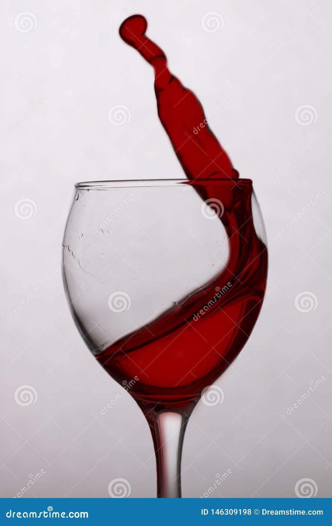 Vin rouge dans une glace