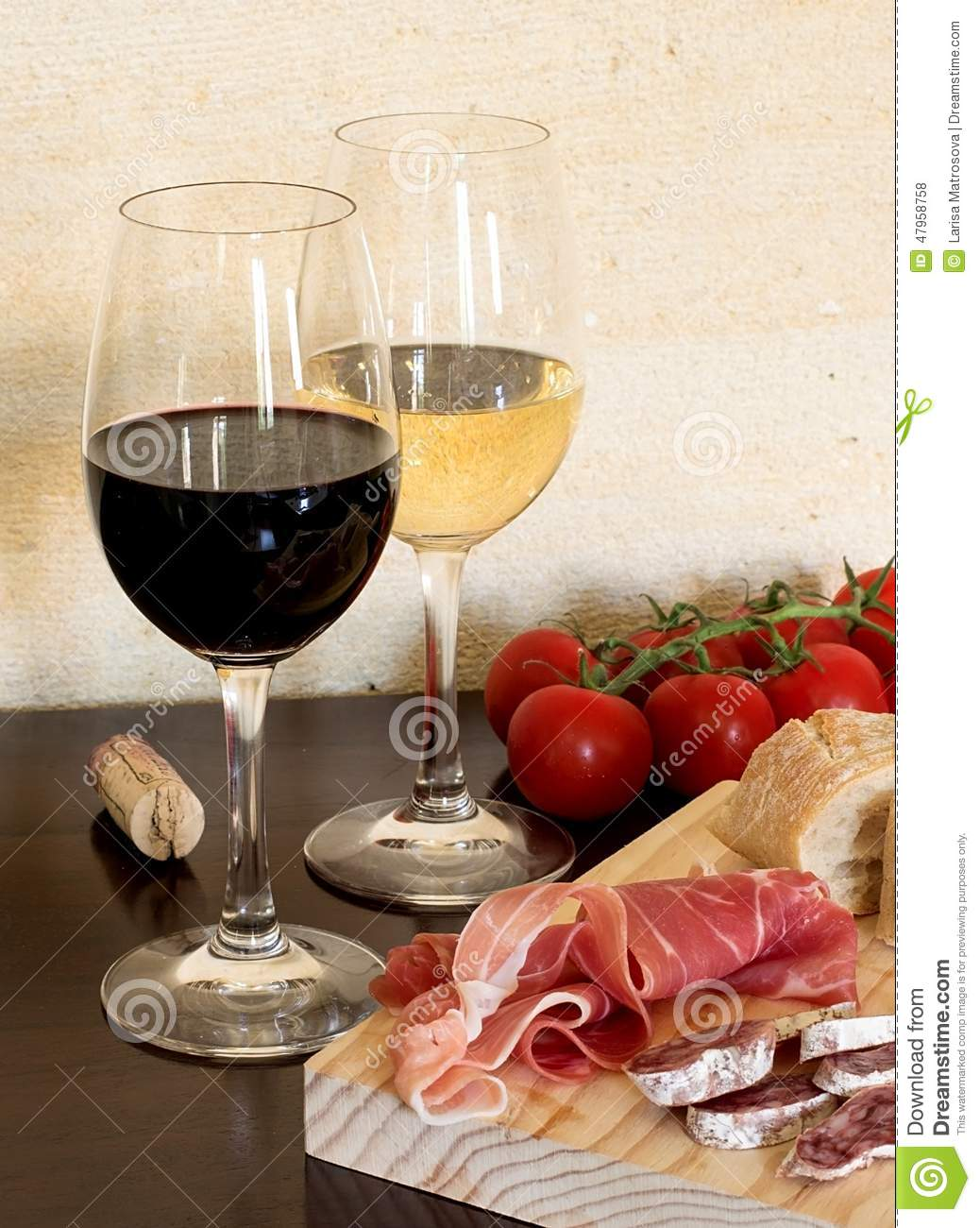 vin rouge et blanc dans un verre avec la saucisse la tomate et le jambon photo stock image. Black Bedroom Furniture Sets. Home Design Ideas