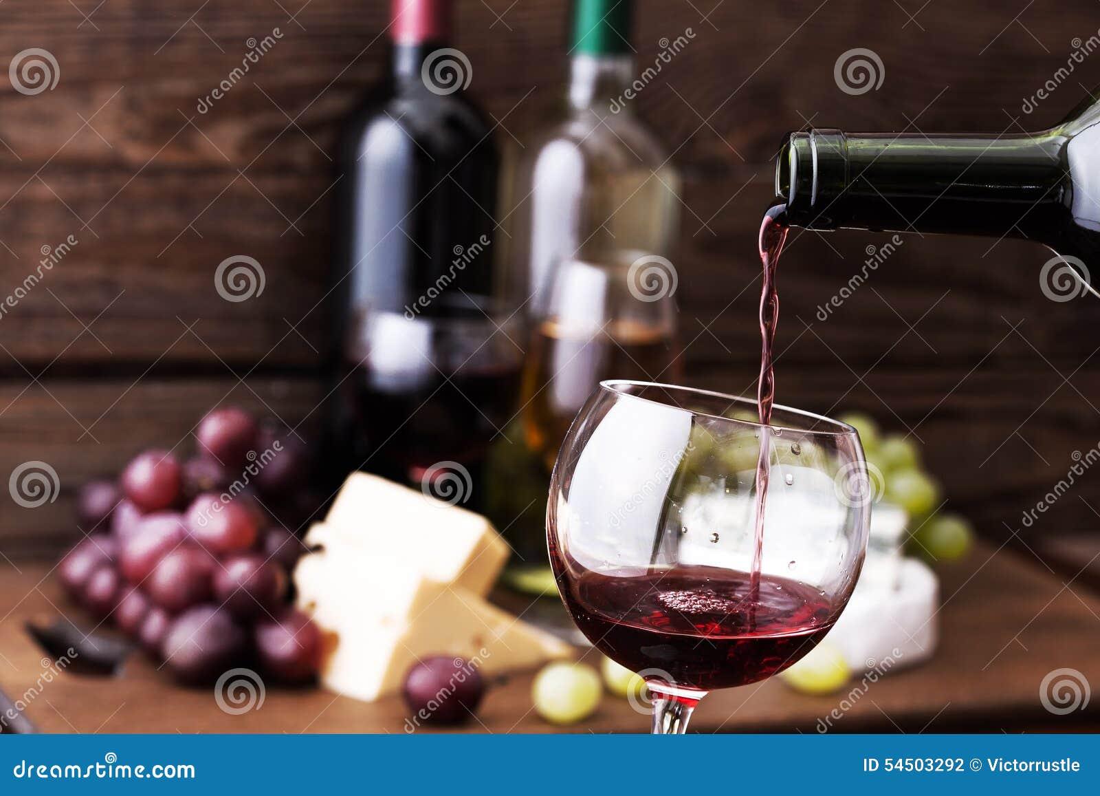 Vin rouge versant dans le verre, plan rapproché