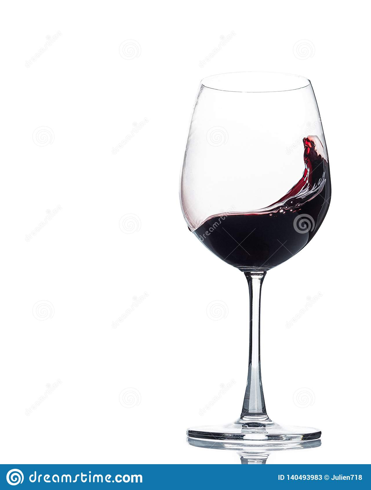Vin tourbillonnant dans le verre