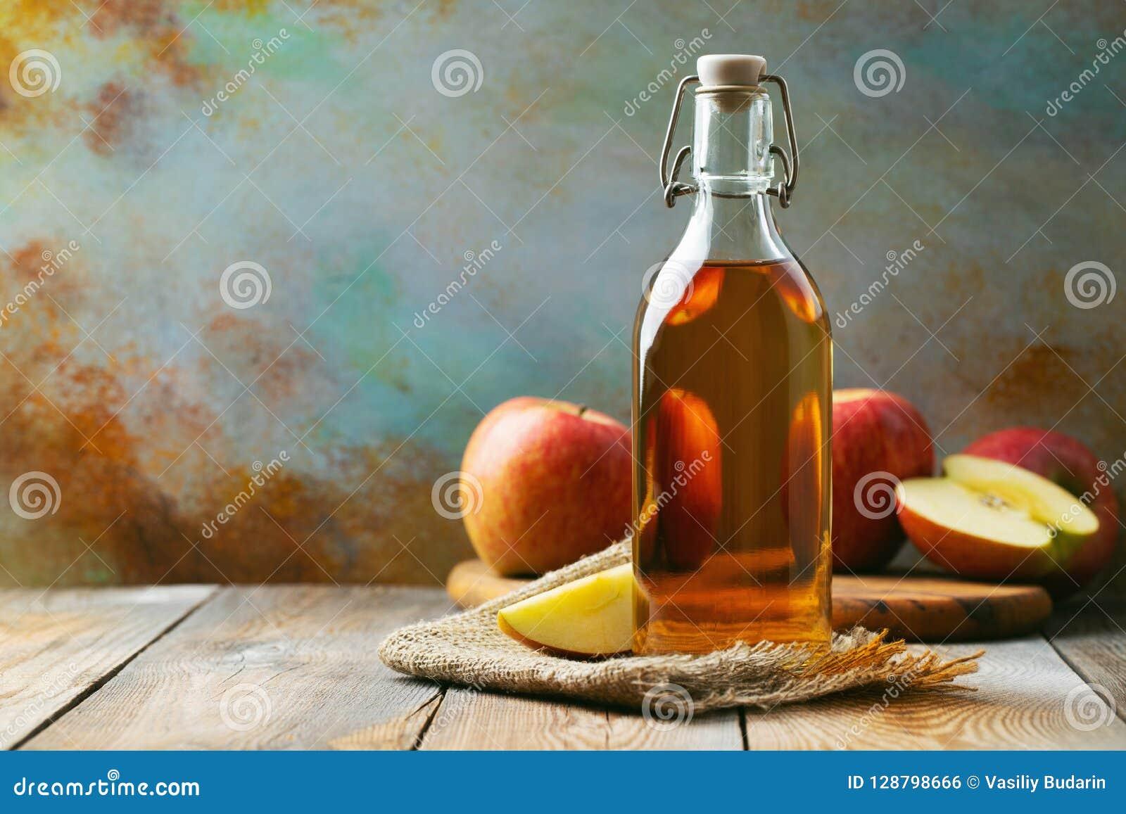 Vinaigre d Apple Bouteille de vinaigre ou de cidre organique de pomme sur le fond en bois Aliment biologique sain Avec l espace d