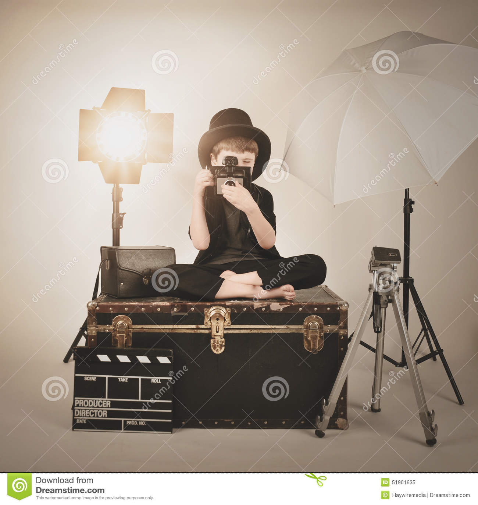 Vinatge fotografii chłopiec z Starą kamerą i światłami