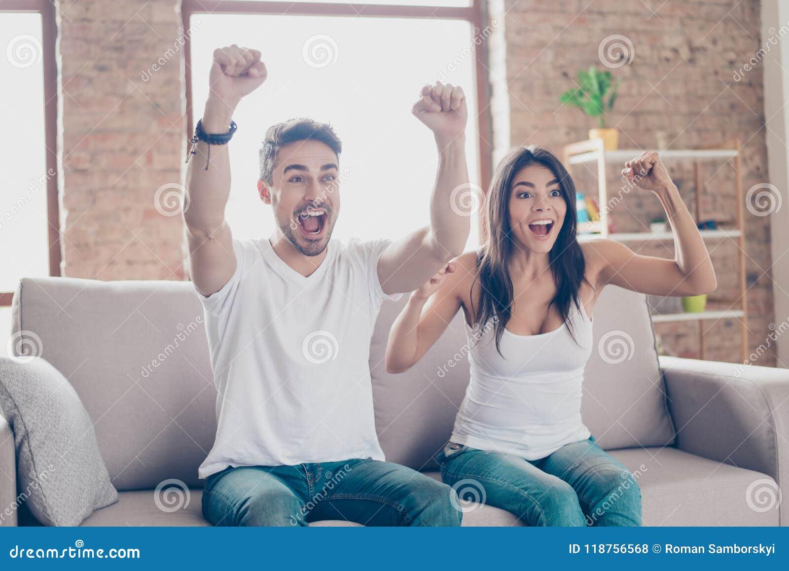Vincitori! Gli amici sono fan dei giochi di sport come calcio, basketbal