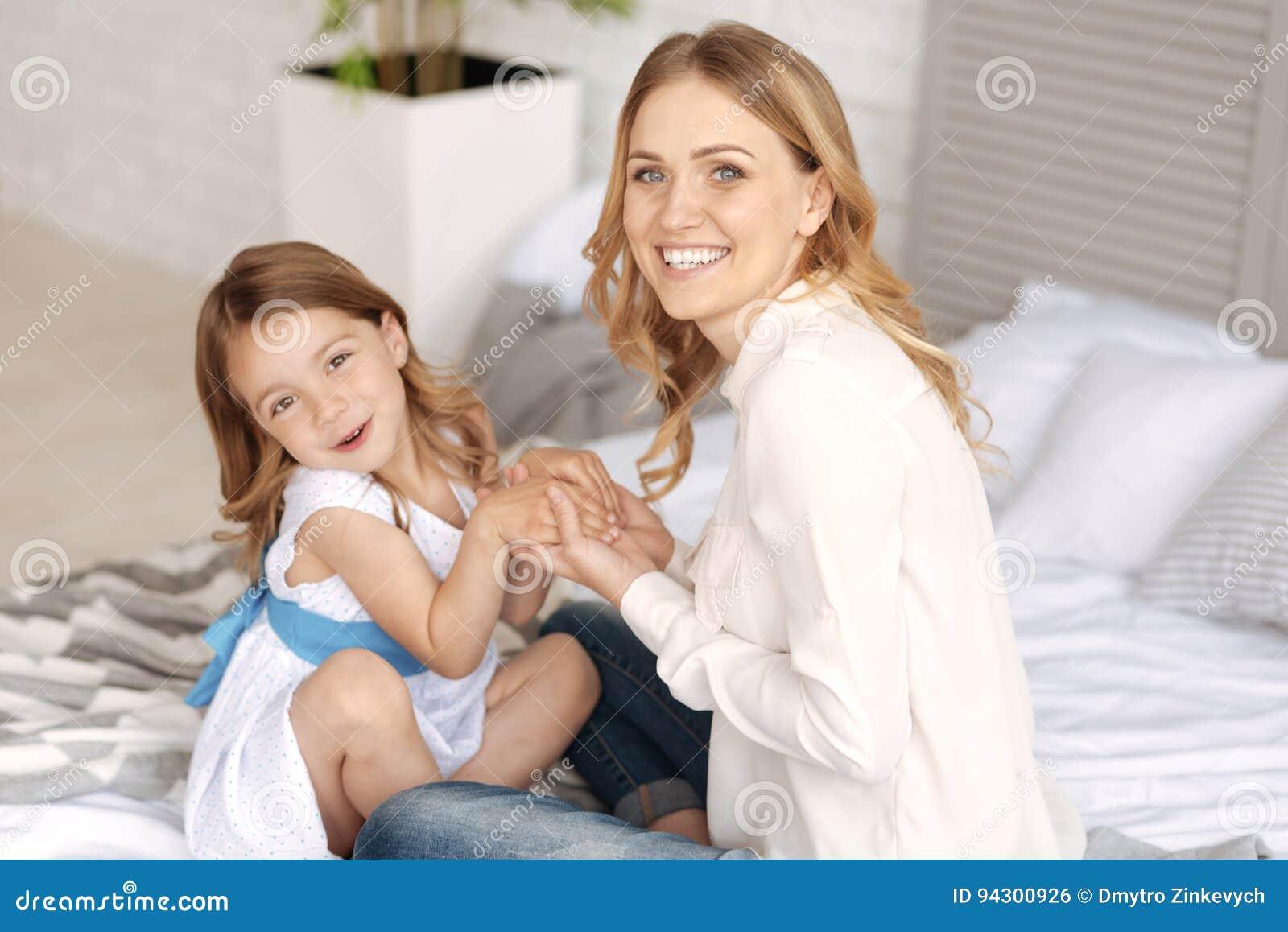 Vinculación preciosa de la familia monoparental en la cama