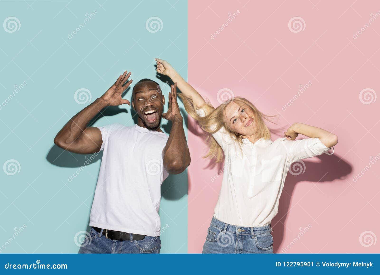 Vindögdheten synade par med kusligt uttryck på blå och rosa studio