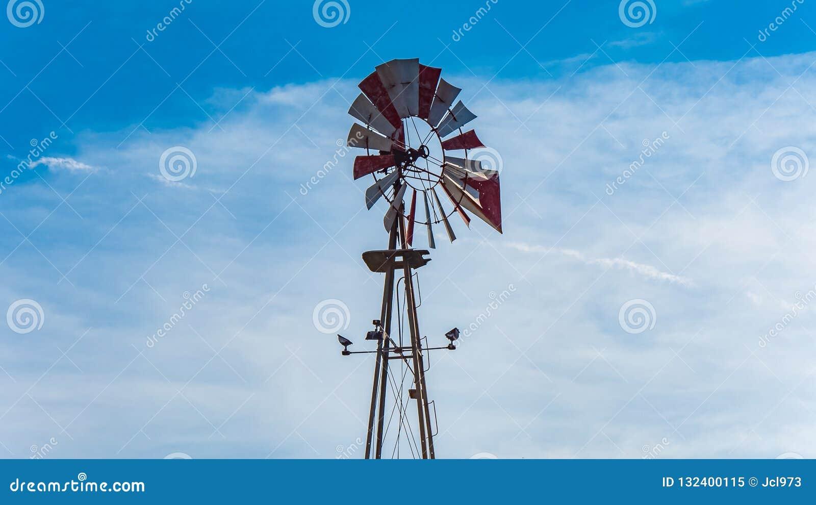 Vind för pumpen för väl vatten maler i amerikansk sydlig stat av Texas