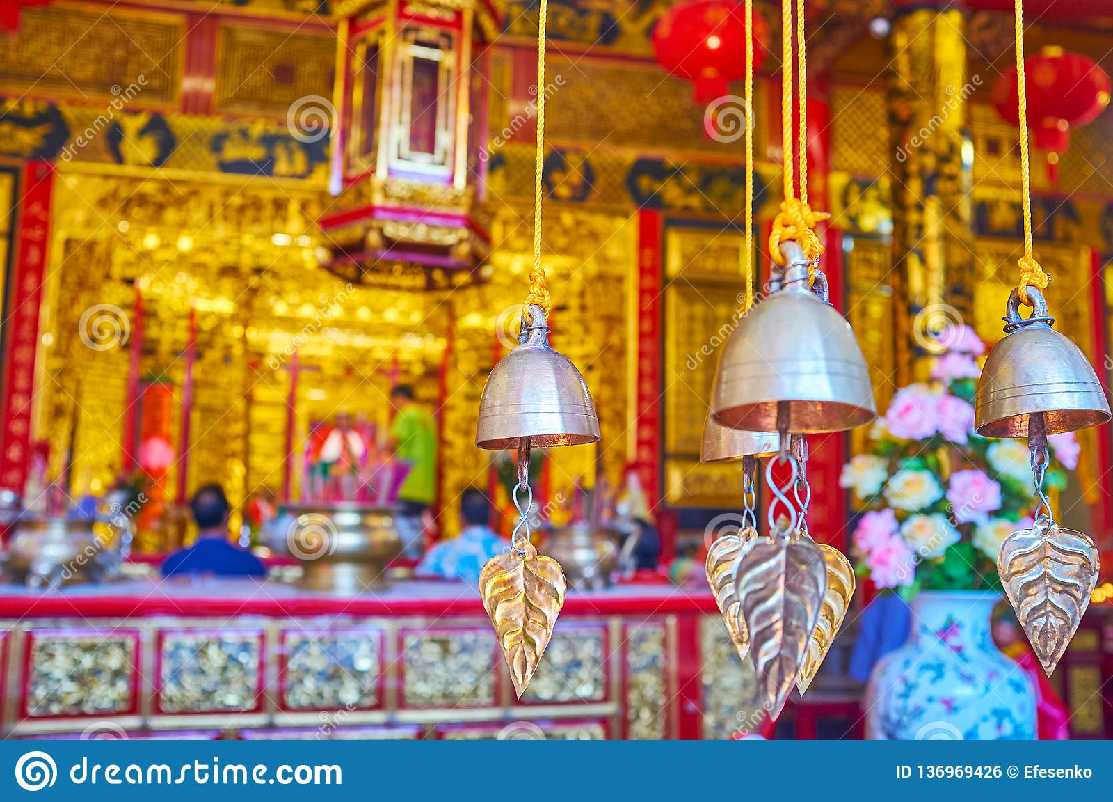 Vinden chimes i den kinesiska templet, Yangon, Myanmar