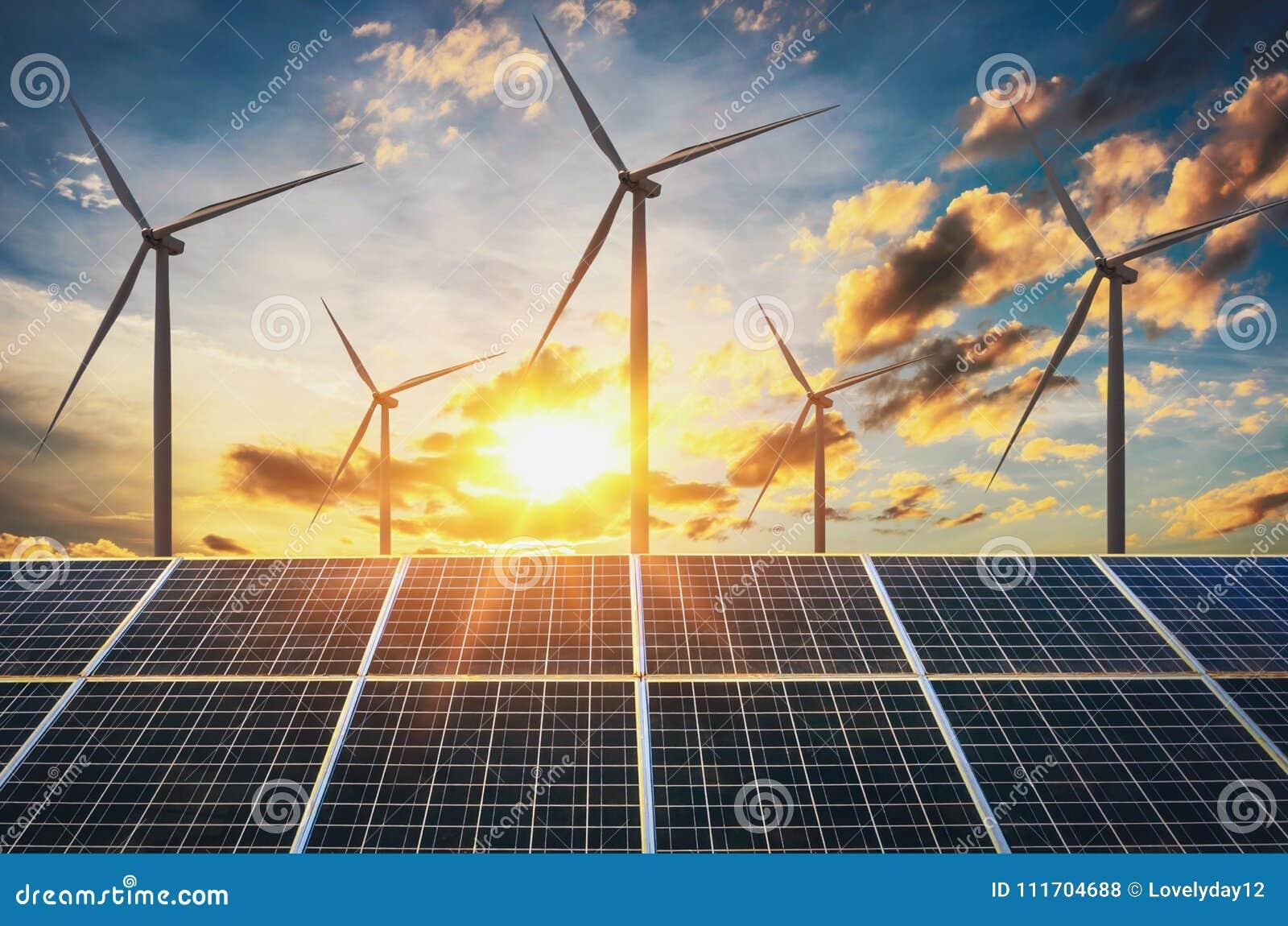 Vindturbin med solpaneler och solnedgång begreppsrengöring