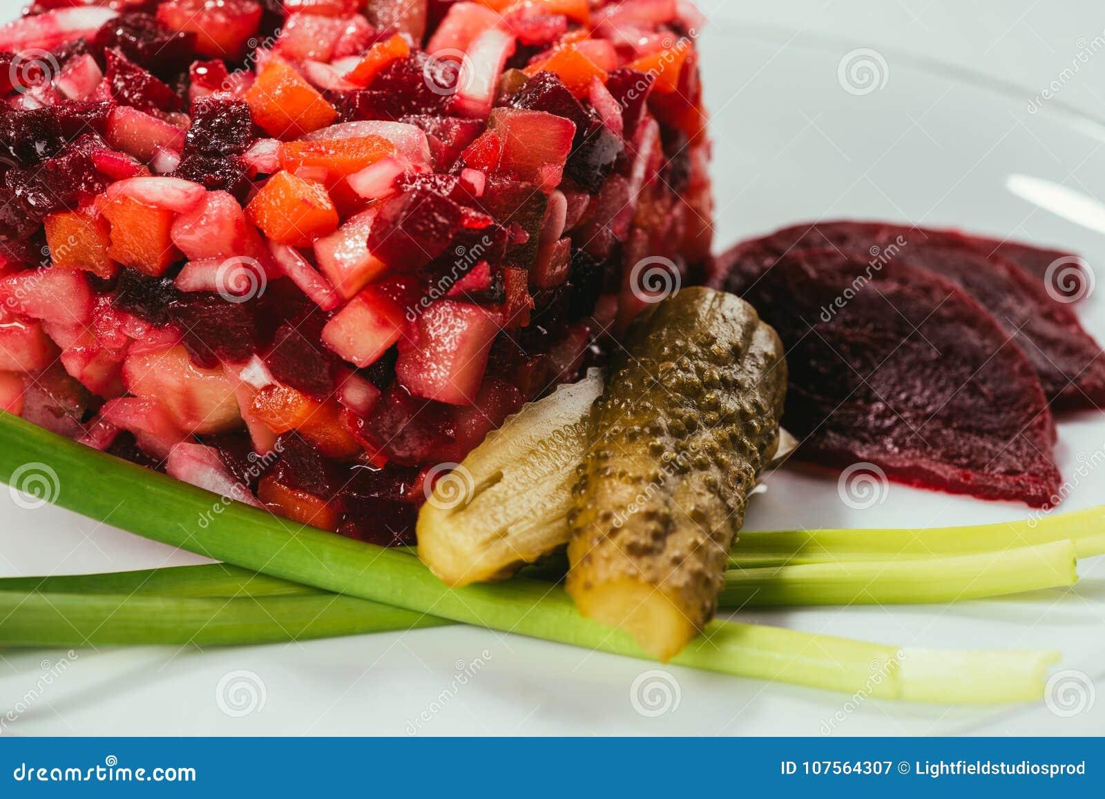 Vinegret-Salat diente mit Frühlingszwiebel und in Essig eingelegter Gurke