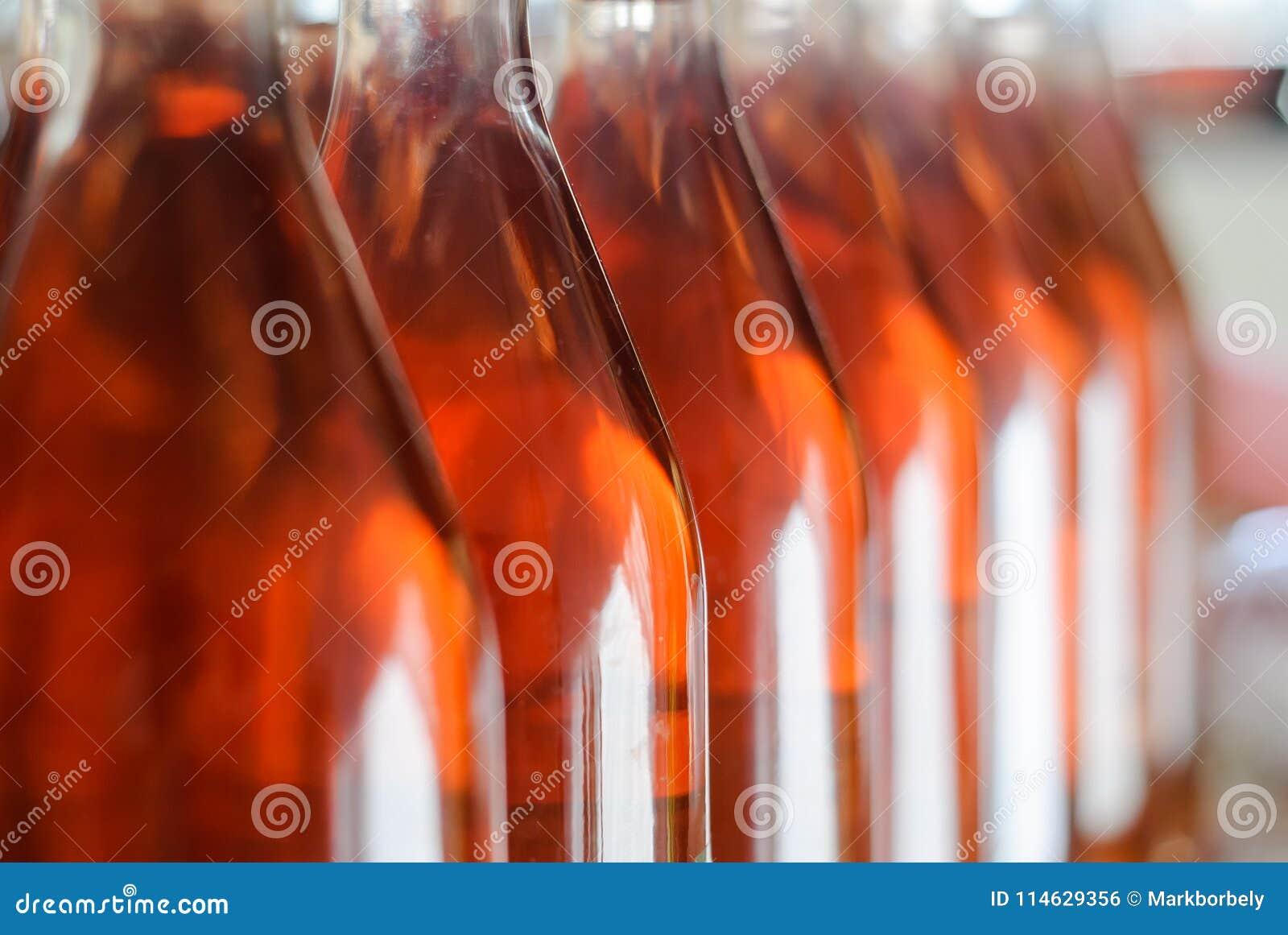 Vinflaskor/Cabernet Franc Rose flaskor av vin i rader i ungersk vinkällare