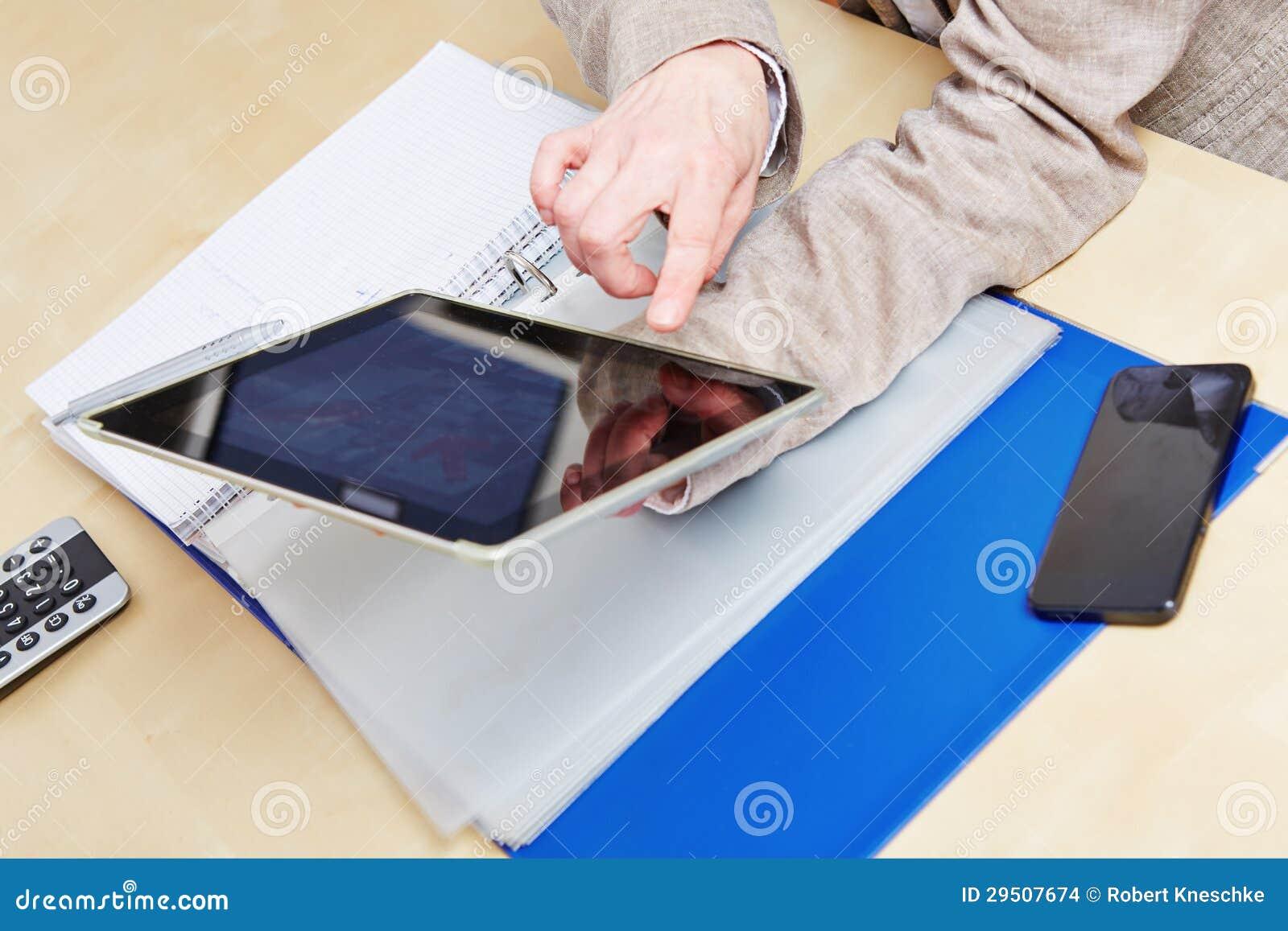 Vinger op touchscreen van tabletPC