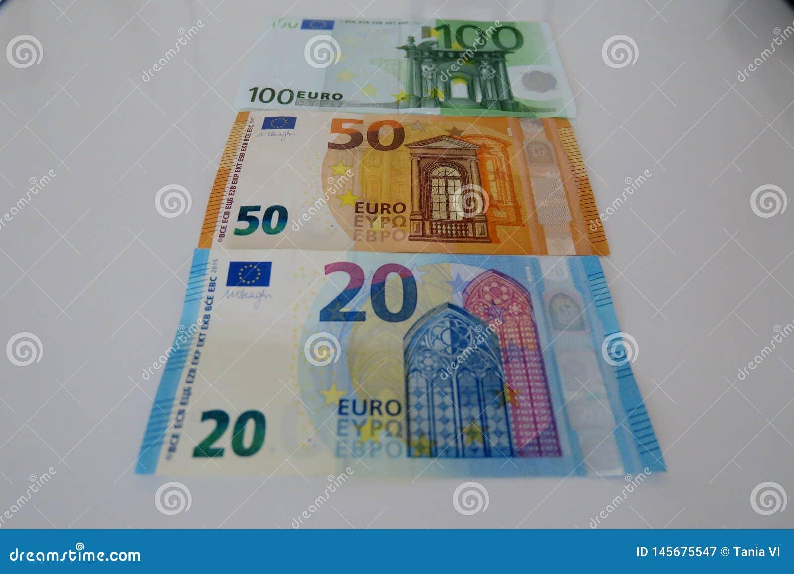 Vingt cinquante et cent euros sur un fond blanc