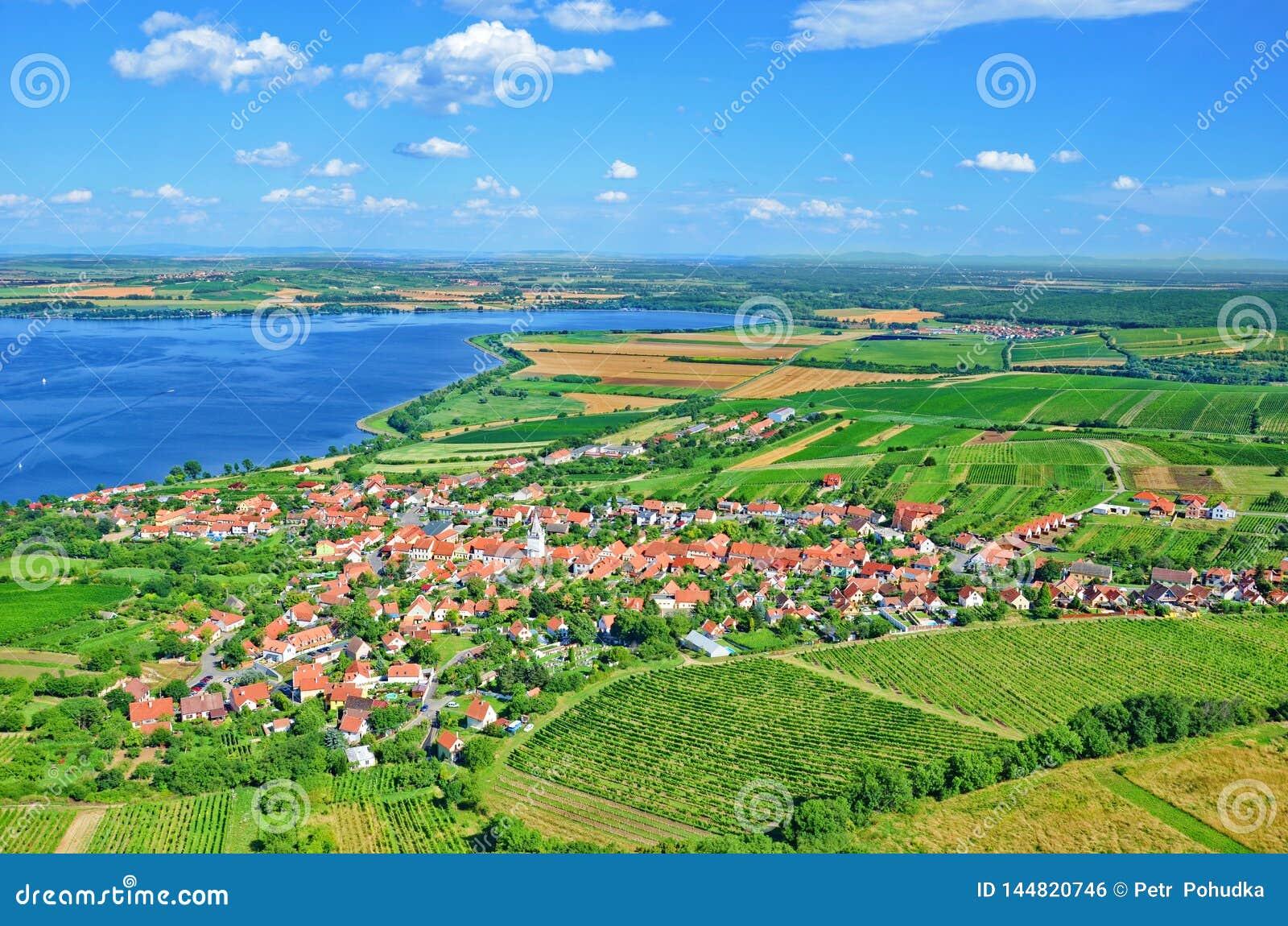 Vinhedos e reservatórios de Nove Mlyny em Moravia do sul, República Checa