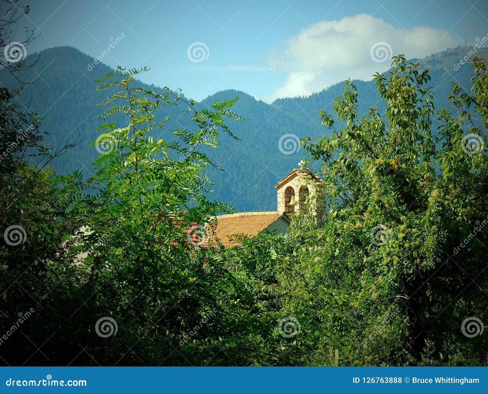 Vinheta nostálgica, igreja ortodoxa grega, aldeia da montanha grega, Grécia