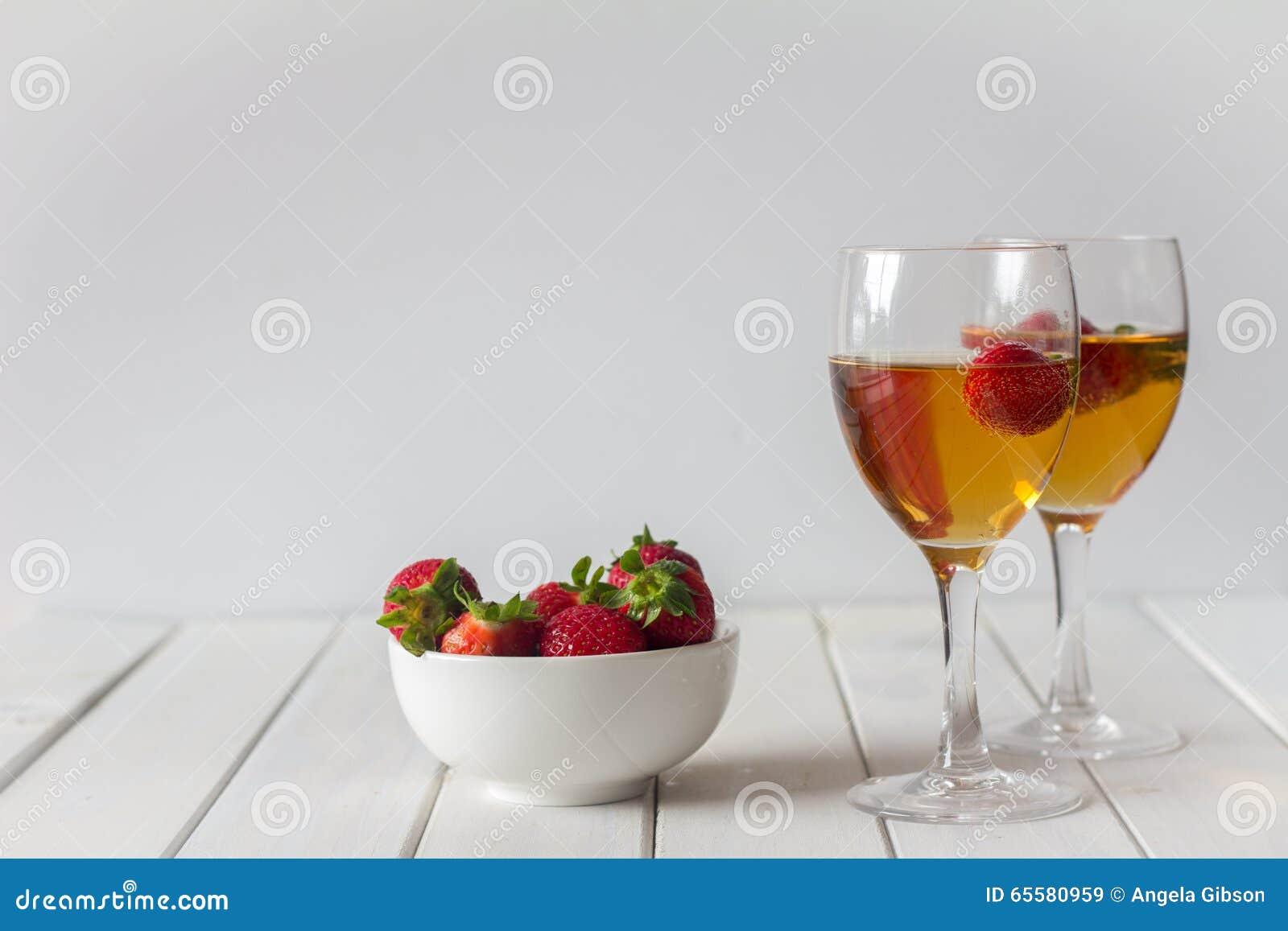 Vinho e morangos na tabela com espaço da cópia