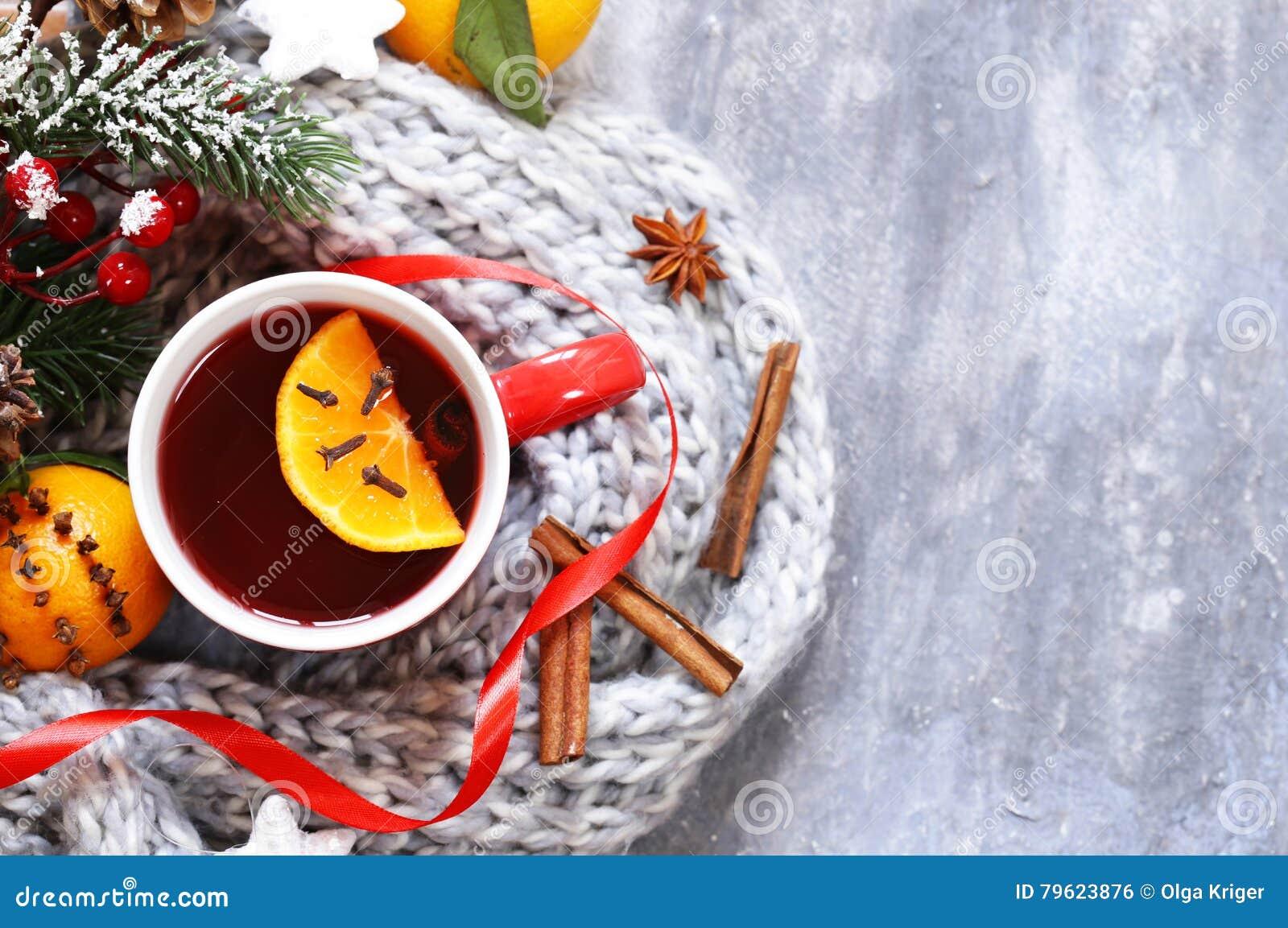 Vinho ferventado com especiarias do inverno bebida tradicional Bebida do Natal