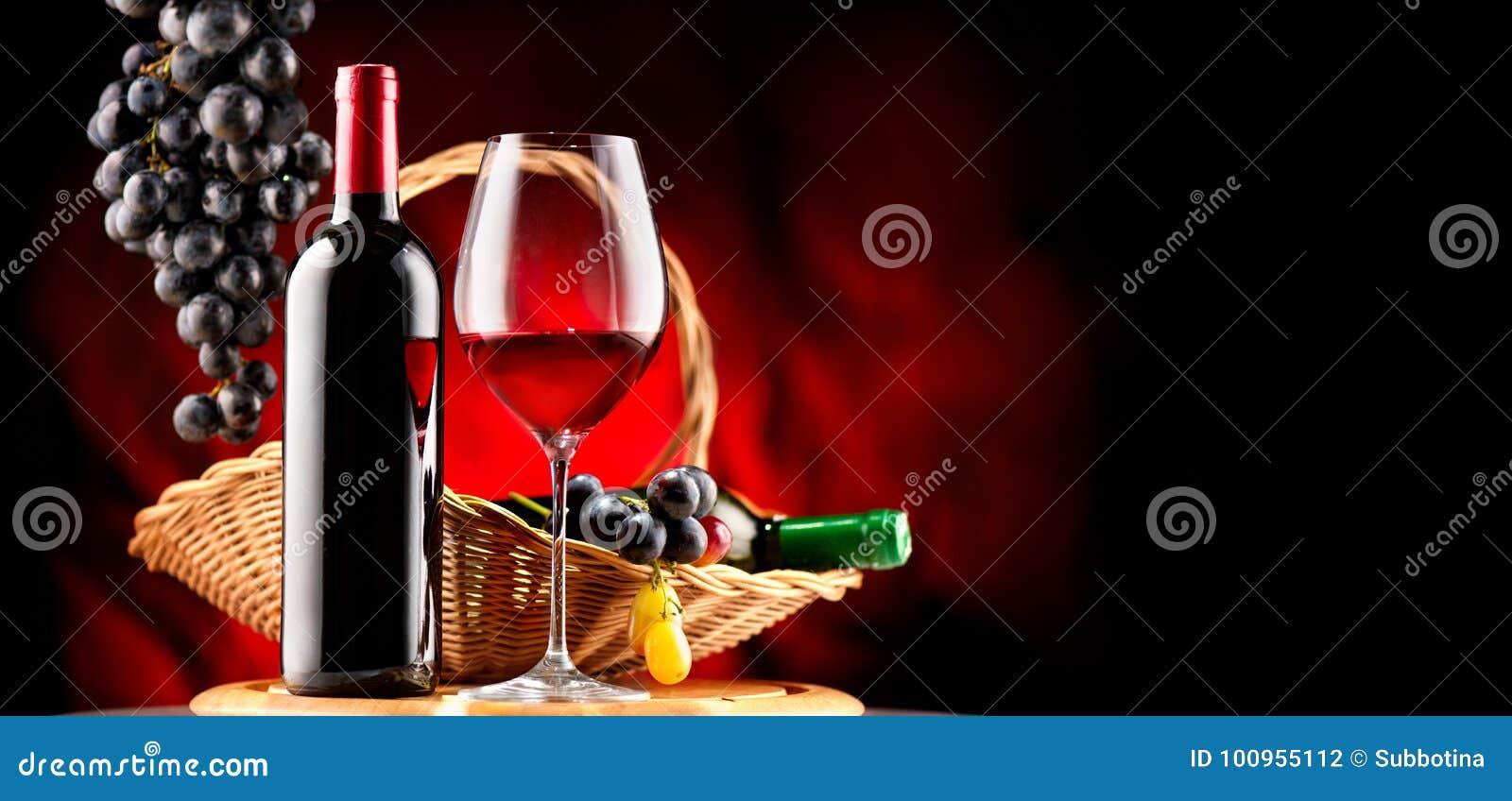 Vinho Garrafa e vidro do vinho tinto com uvas maduras
