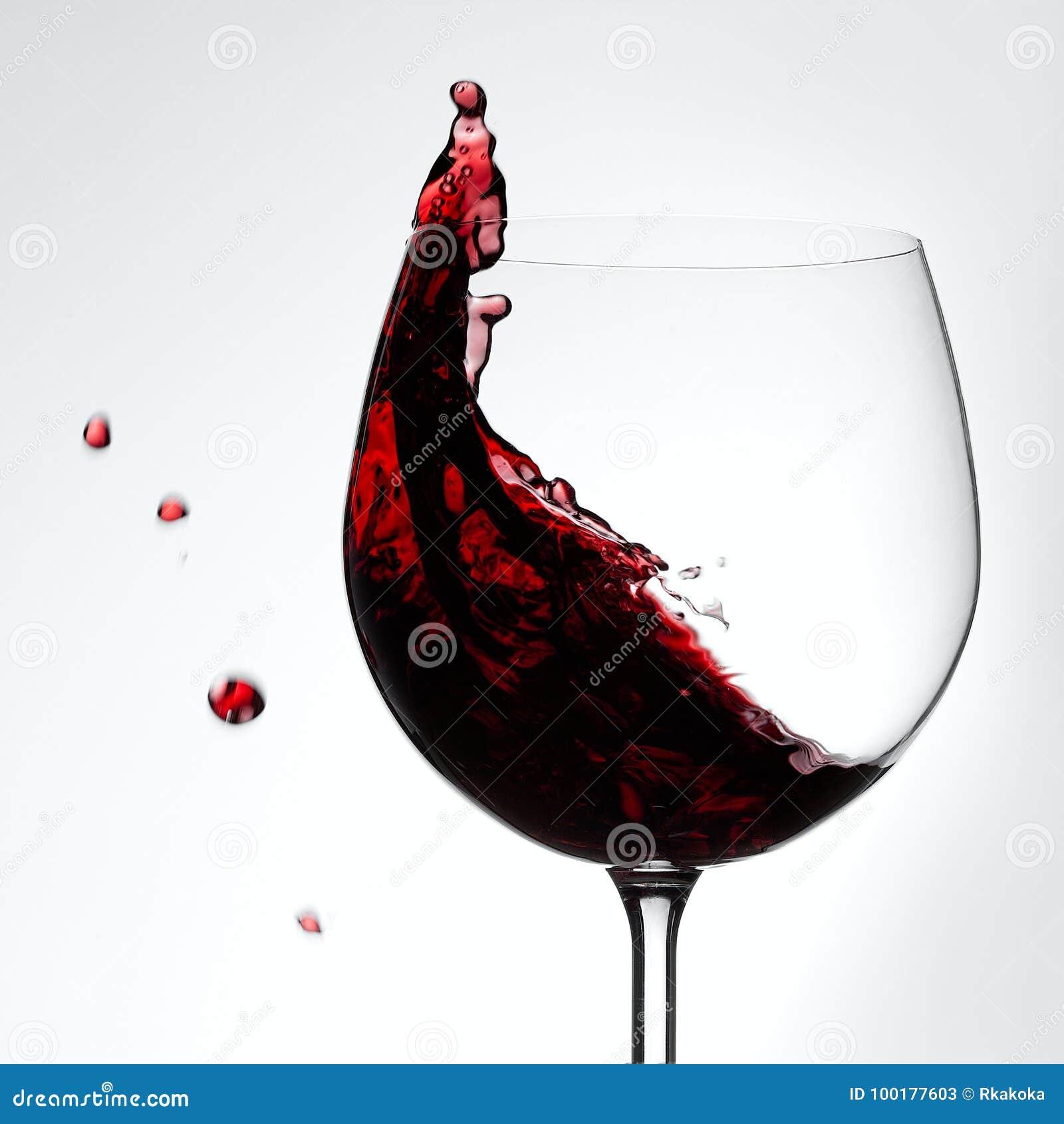 Vinho tinto que espirra fora do conceito bebendo de vidro