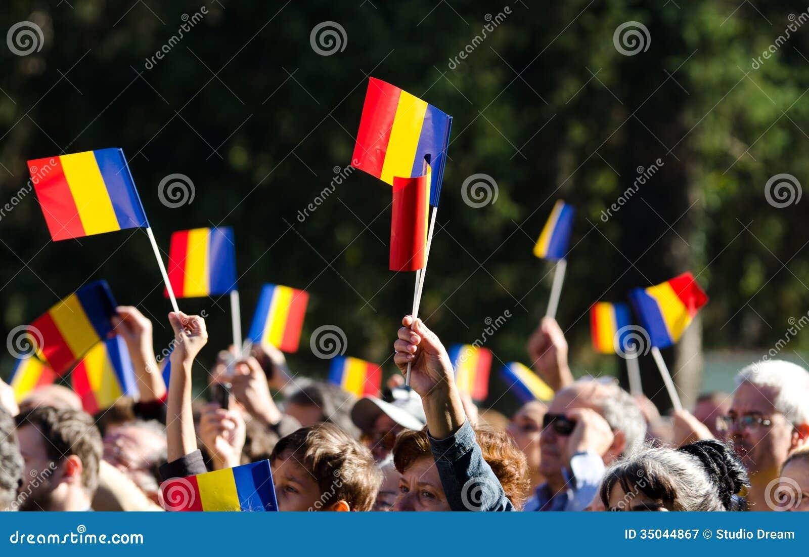 Vinkande flaggor för rumänsk folkmassa