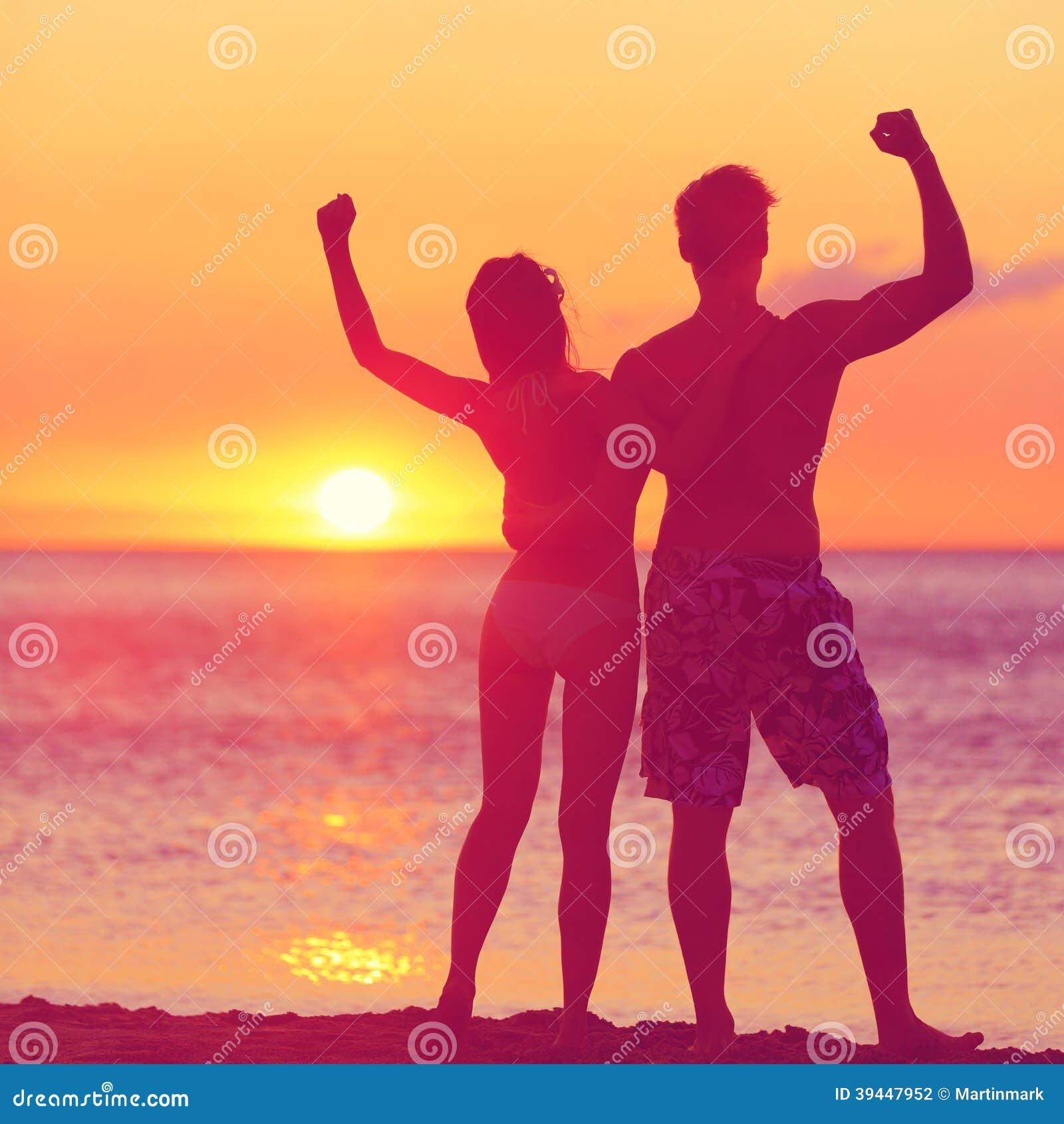 Vinnande framgångbegrepp - lyckligt strandpar